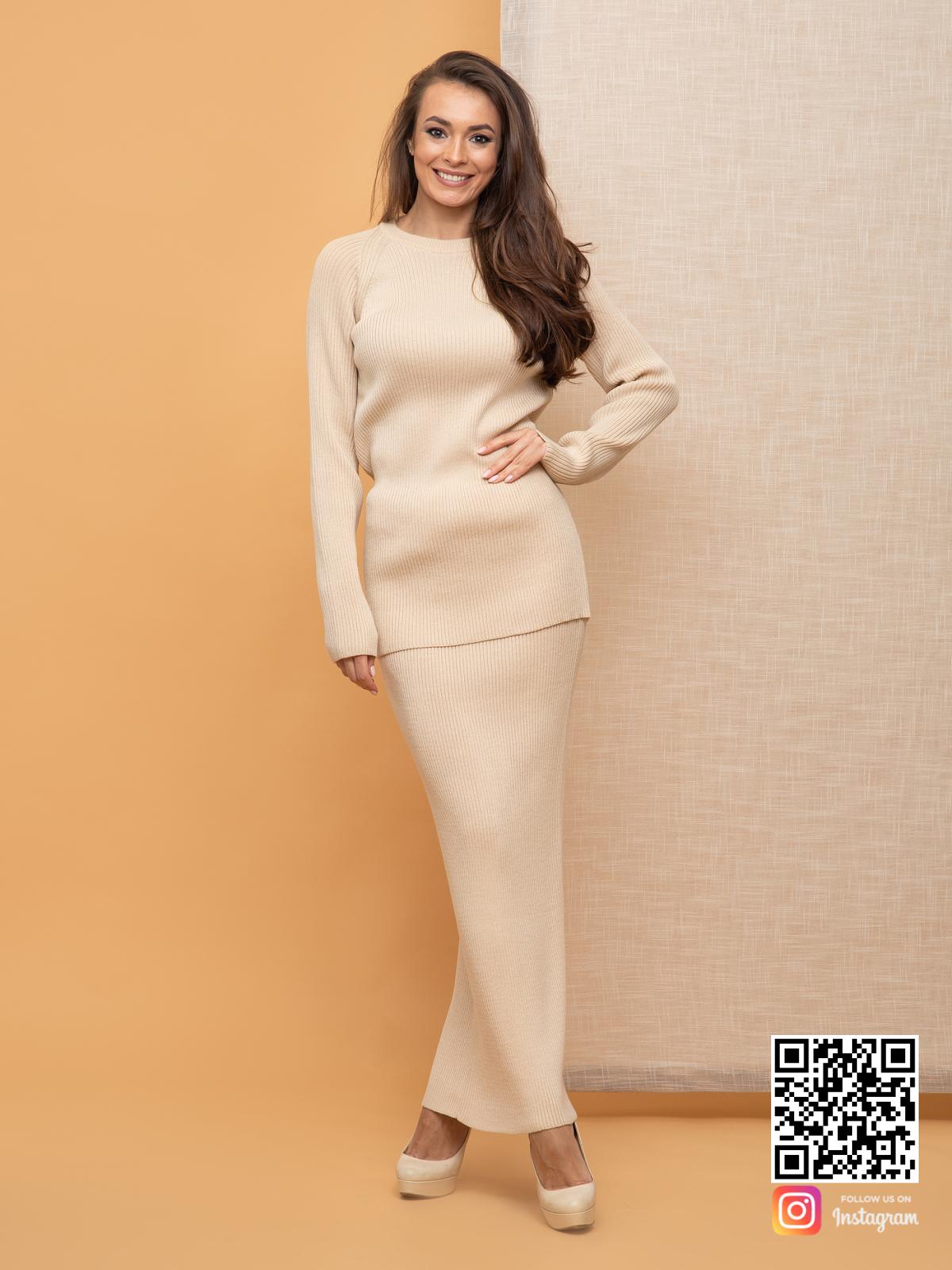 На четвертой фотографии деловой бежевый костюм с юбкой от Shapar, бренда вязаной одежды ручной работы в интернет-магазине связанных спицами вещей.