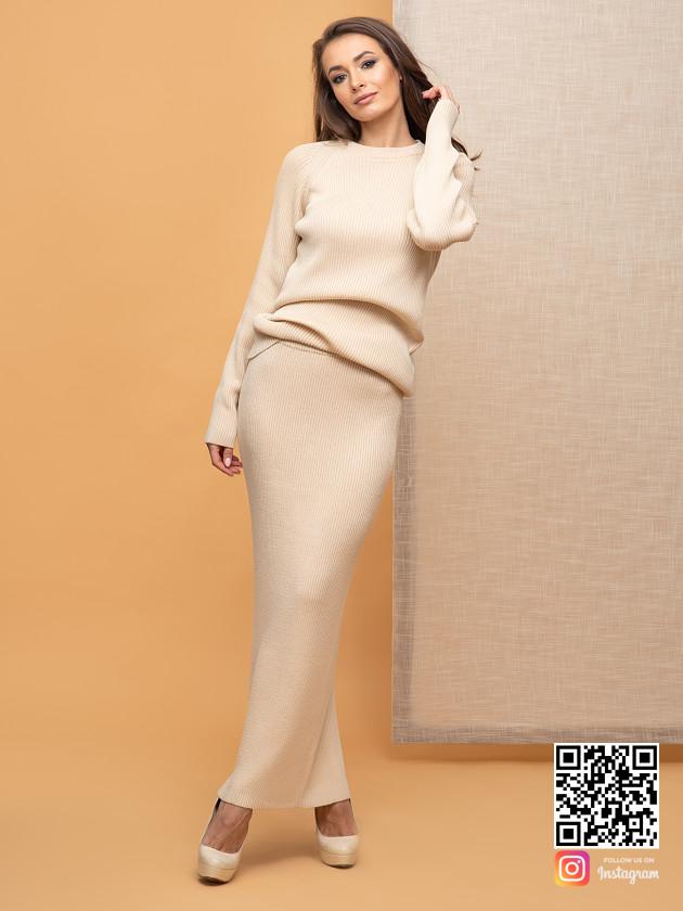 На фотографии женский бежевый костюм с юбкой от Shapar, бренда вязаной одежды ручной работы в интернет-магазине связанных спицами вещей.