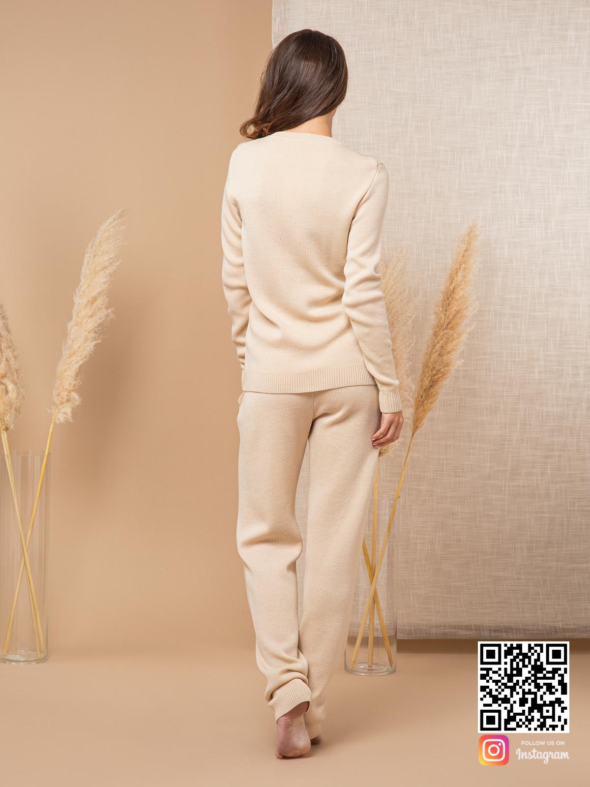 На шестой фотографии бежевый спортивный костюм женский с круглым вырезом от Shapar, бренда вязаной одежды ручной работы в интернет-магазине связанных спицами вещей.