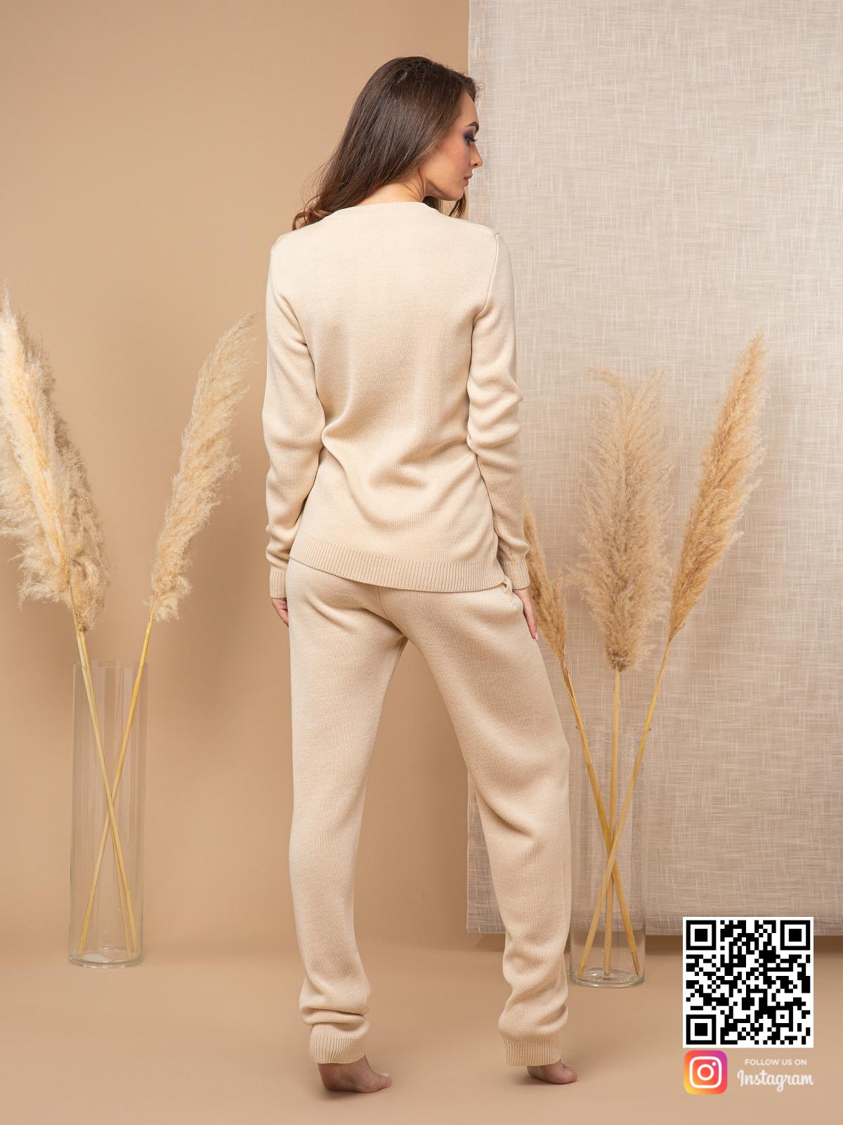 На второй фотографии бежевый спортивный костюм женский со спины от Shapar, бренда вязаной одежды ручной работы в интернет-магазине связанных спицами вещей.