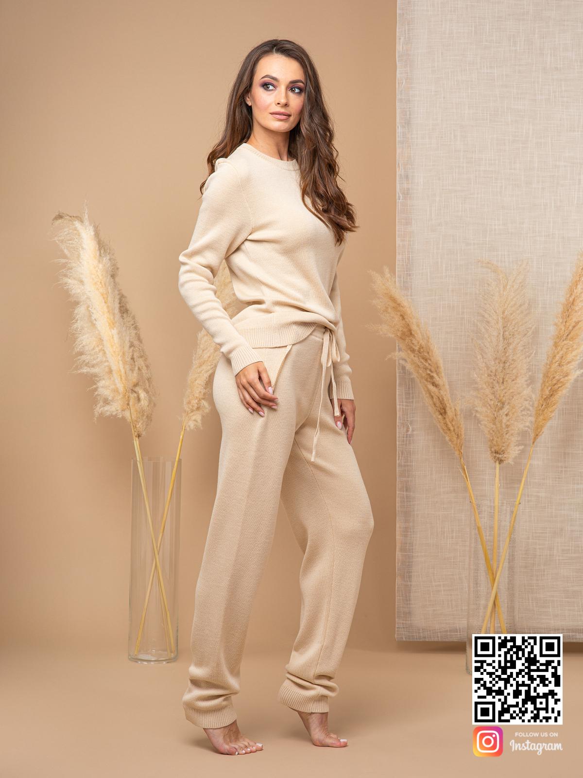 На пятой фотографии бежевый спортивный костюм женский с брюками от Shapar, бренда вязаной одежды ручной работы в интернет-магазине связанных спицами вещей.