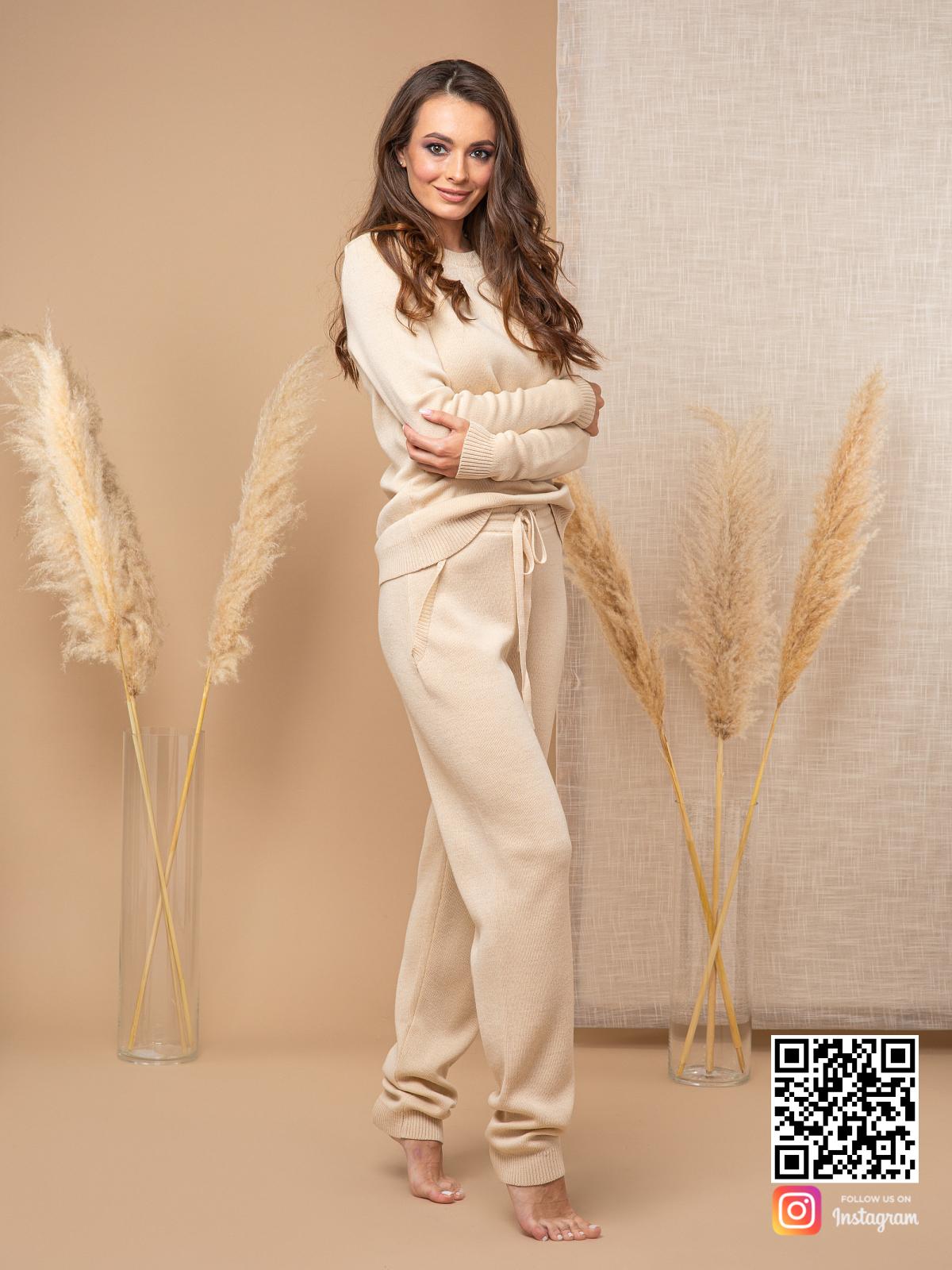 На четвертой фотографии повседневный спортивный костюм женский бежевого цвета от Shapar, бренда вязаной одежды ручной работы в интернет-магазине связанных спицами вещей.