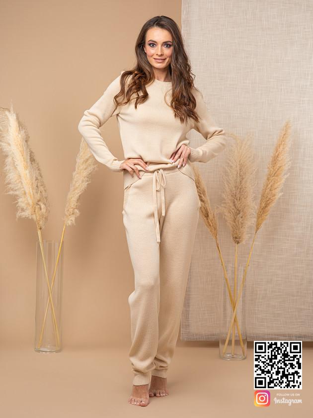 На фотографии бежевый спортивный костюм женский в дорогу от Shapar, бренда вязаной одежды ручной работы в интернет-магазине связанных спицами вещей.