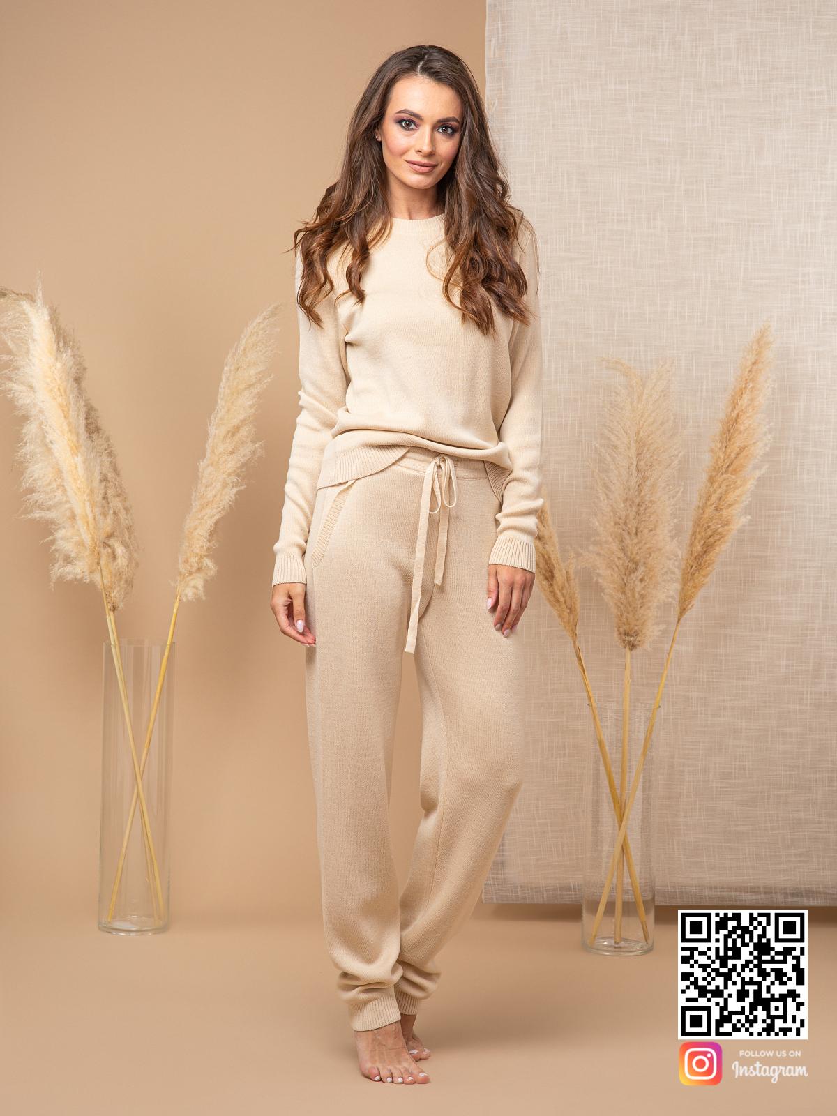 На третьей фотографии бежевый спортивный костюм женский со штанами от Shapar, бренда вязаной одежды ручной работы в интернет-магазине связанных спицами вещей.