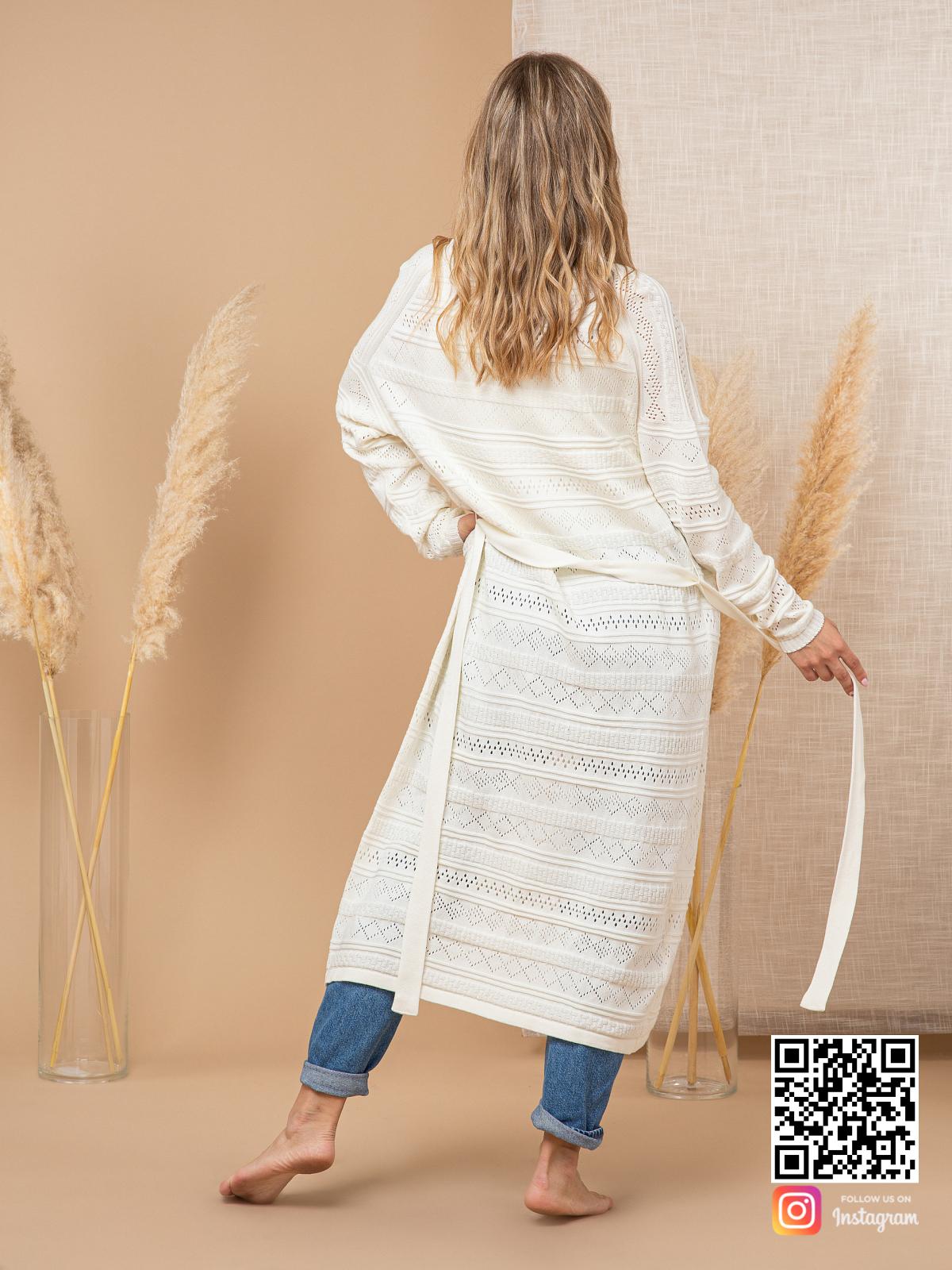 На второй фотографии ажурный кардиган для женщин со спины от Shapar, бренда вязаной одежды ручной работы в интернет-магазине связанных спицами вещей.