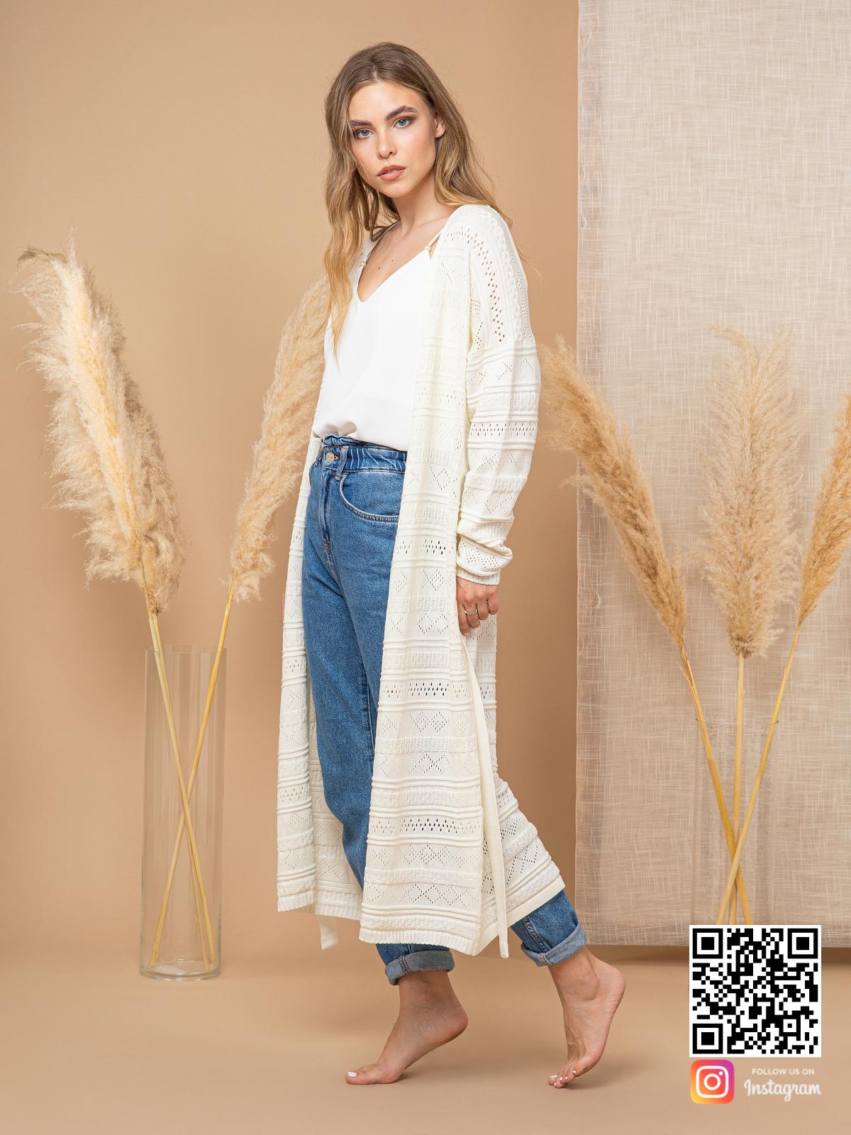 На третьей фотографии белый ажурный кардиган для женщин от Shapar, бренда вязаной одежды ручной работы в интернет-магазине связанных спицами вещей.
