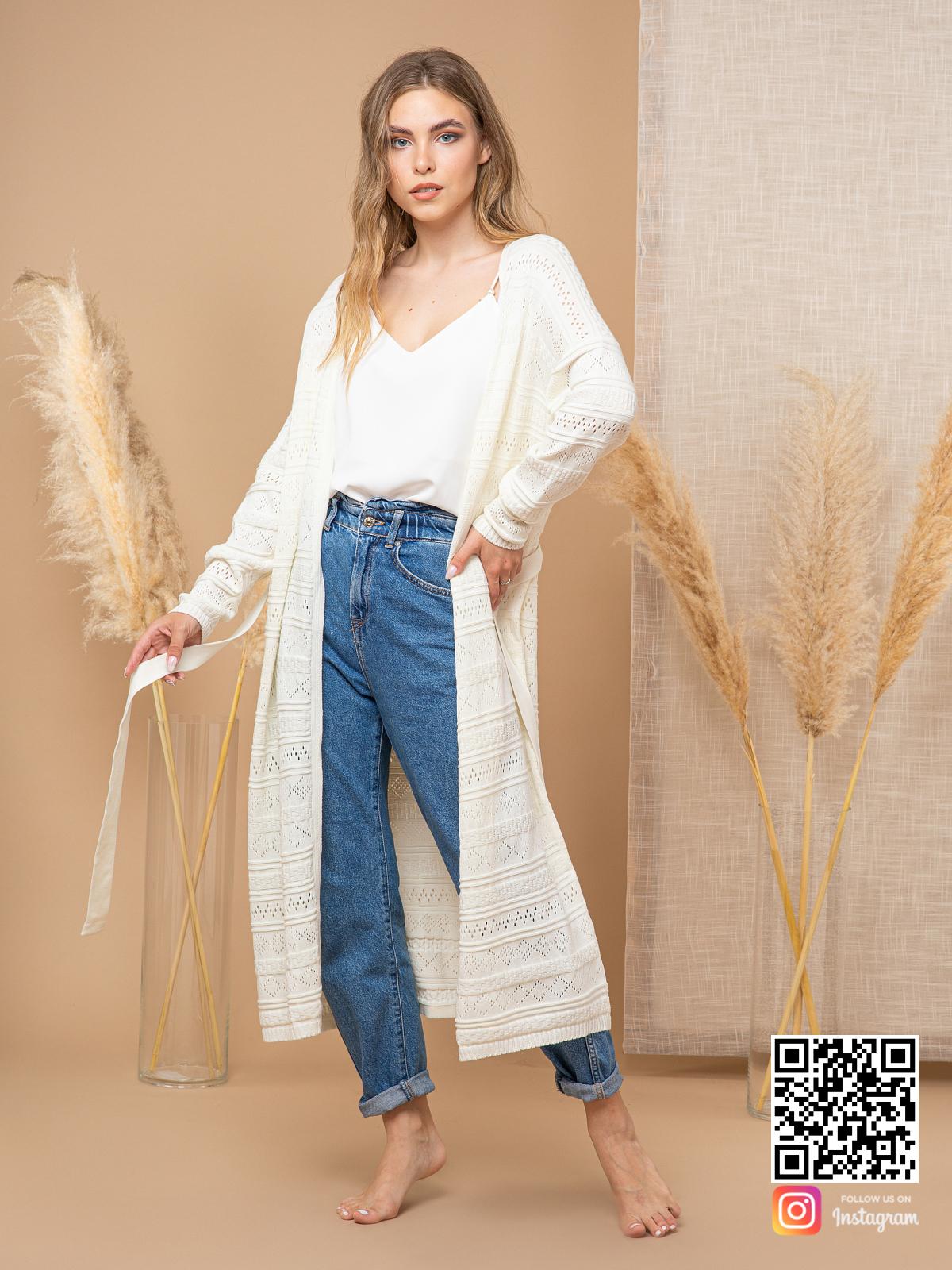 На фотографии ажурный кардиган для женщин от Shapar, бренда вязаной одежды ручной работы в интернет-магазине связанных спицами вещей.