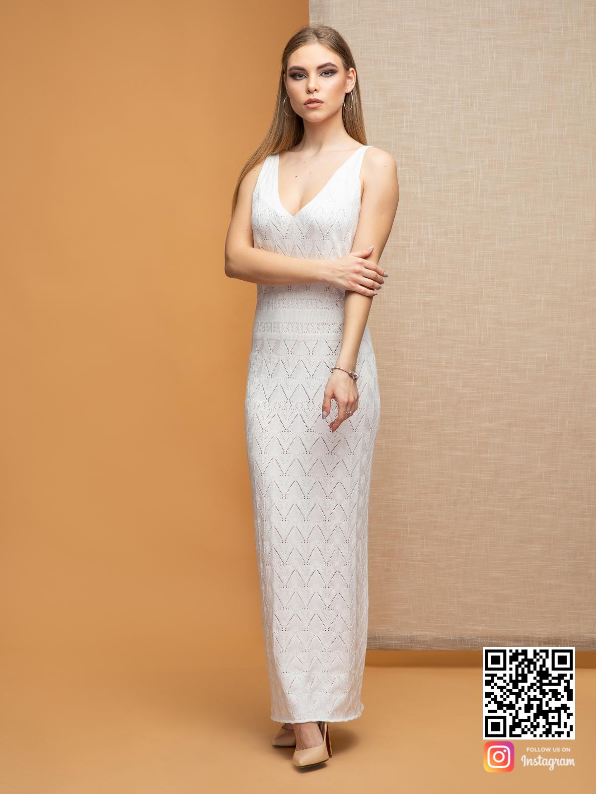 На фотографии белое платье на бретельках от Shapar, бренда вязаной одежды ручной работы в интернет-магазине связанных спицами вещей.