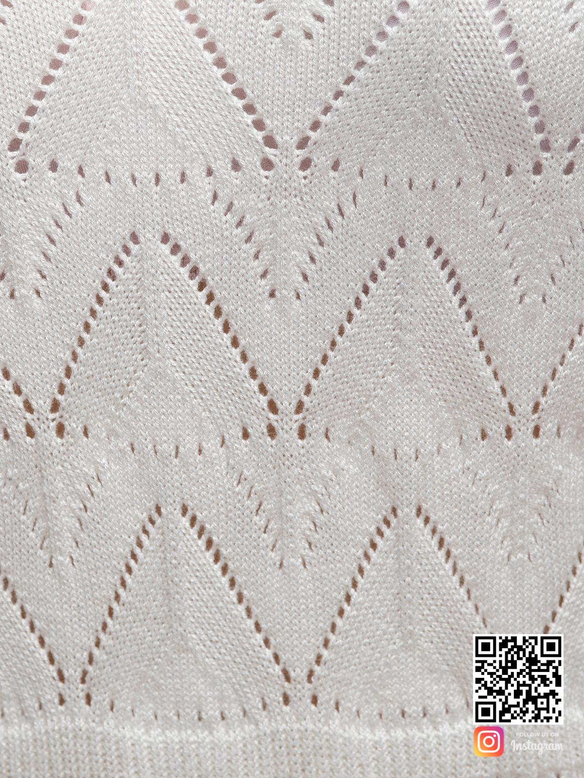На пятой фотографии женское белое платье на бретельках крупным планом от Shapar, бренда вязаной одежды ручной работы в интернет-магазине связанных спицами вещей.