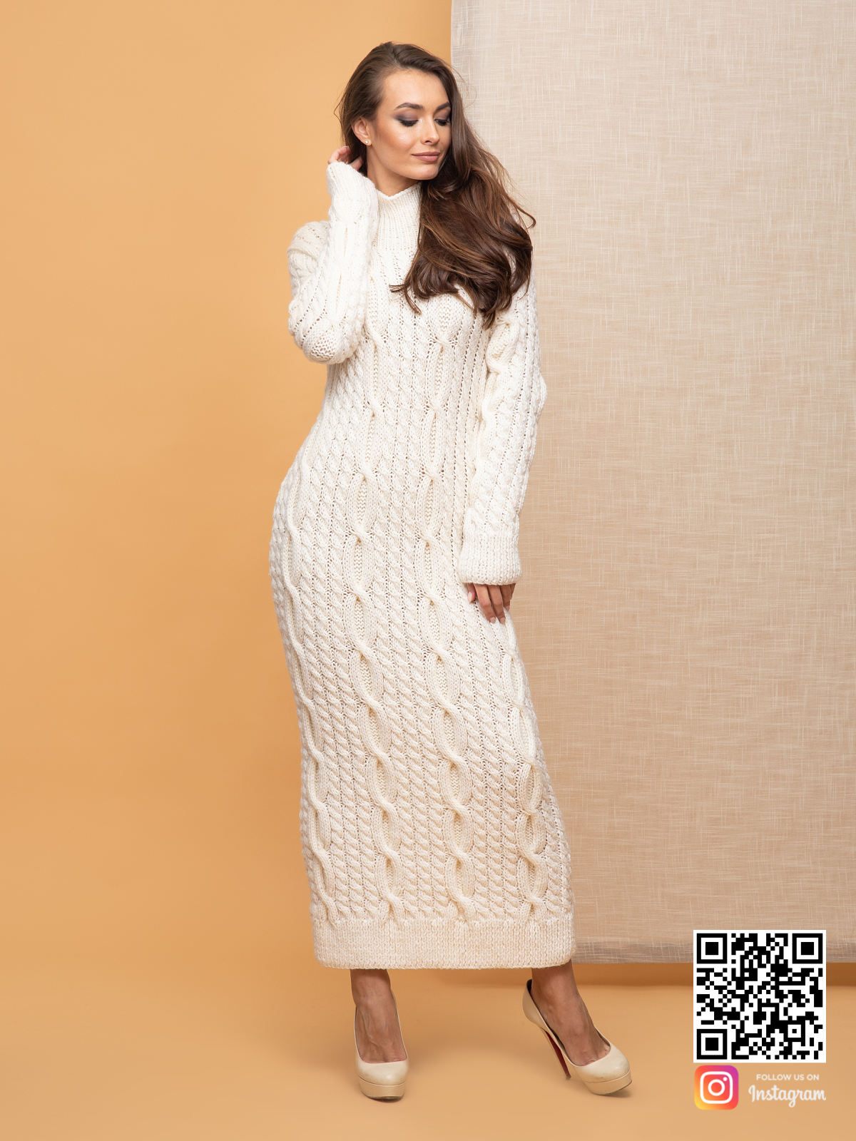 На пятой фотографии длинное белое вязаное платье от Shapar, бренда женской одежды ручной работы в интернет-магазине связанных спицами вещей.