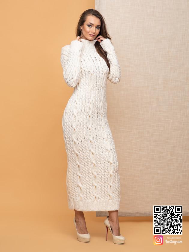 На фотографии белое вязаное платье от Shapar, бренда женской одежды ручной работы в интернет-магазине связанных спицами вещей.