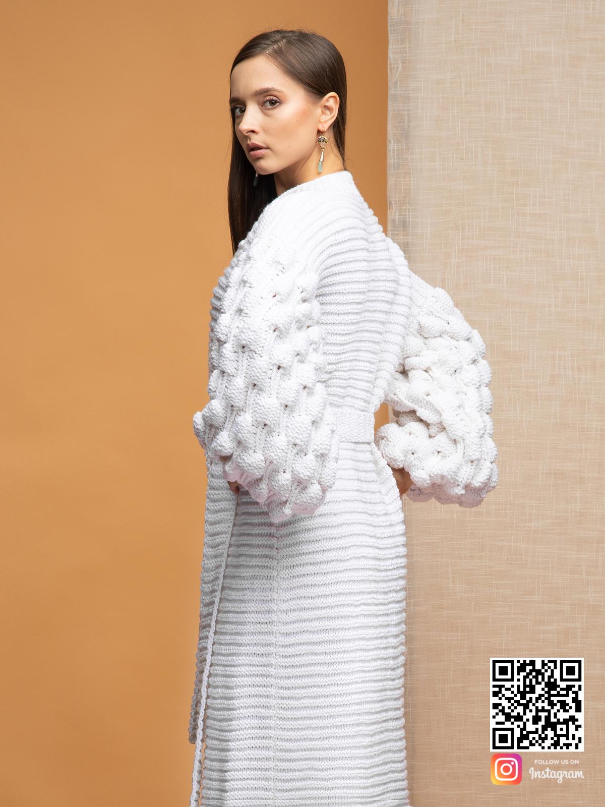 На четвертой фотографии женский длинный кардиган белого цвета от Shapar, бренда вязаной одежды ручной работы в интернет-магазине связанных спицами вещей.