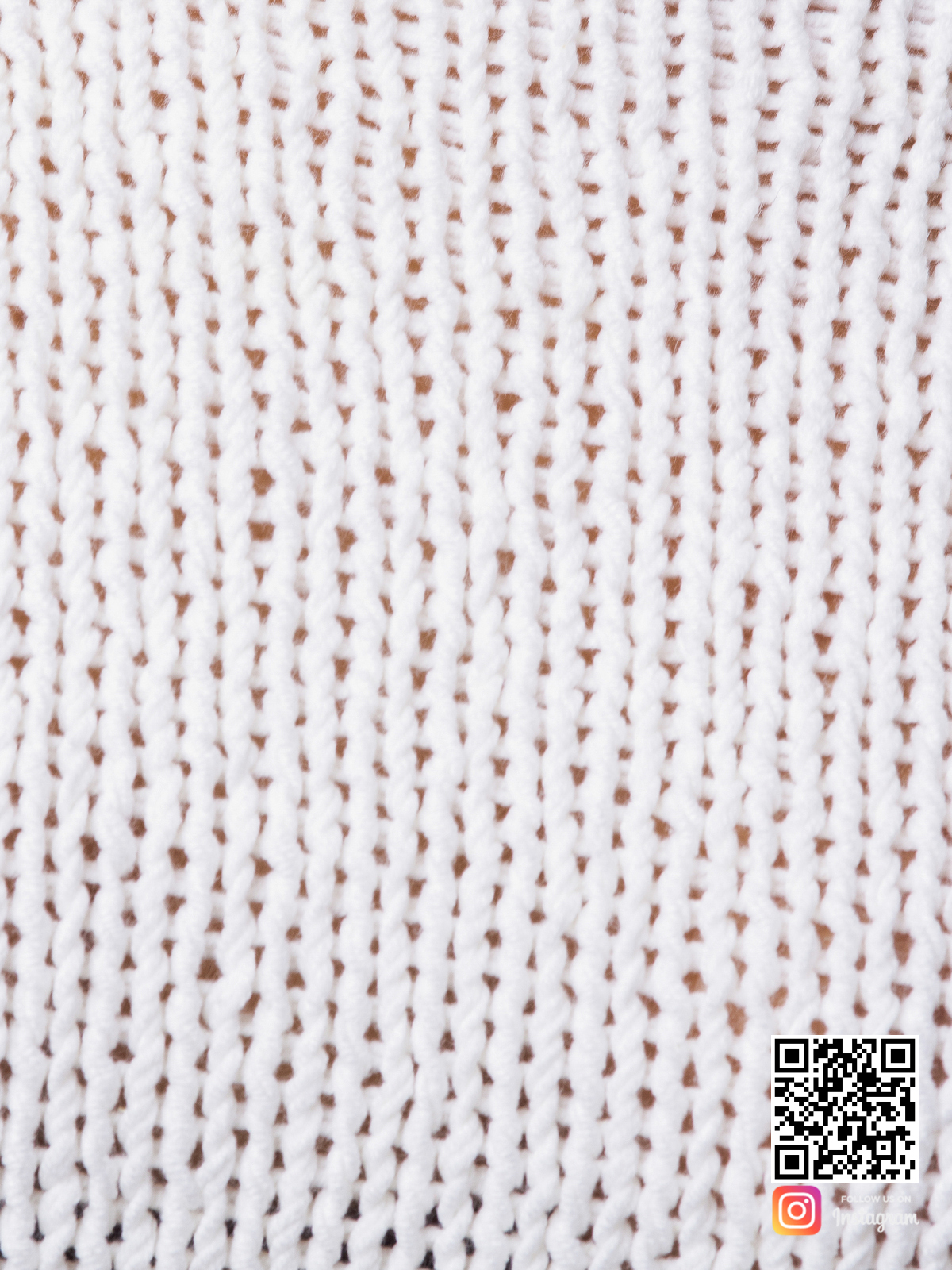 На шестой фотографии женский белый костюм с шортами крупным планом от Shapar, бренда вязаной одежды ручной работы в интернет-магазине связанных спицами вещей.