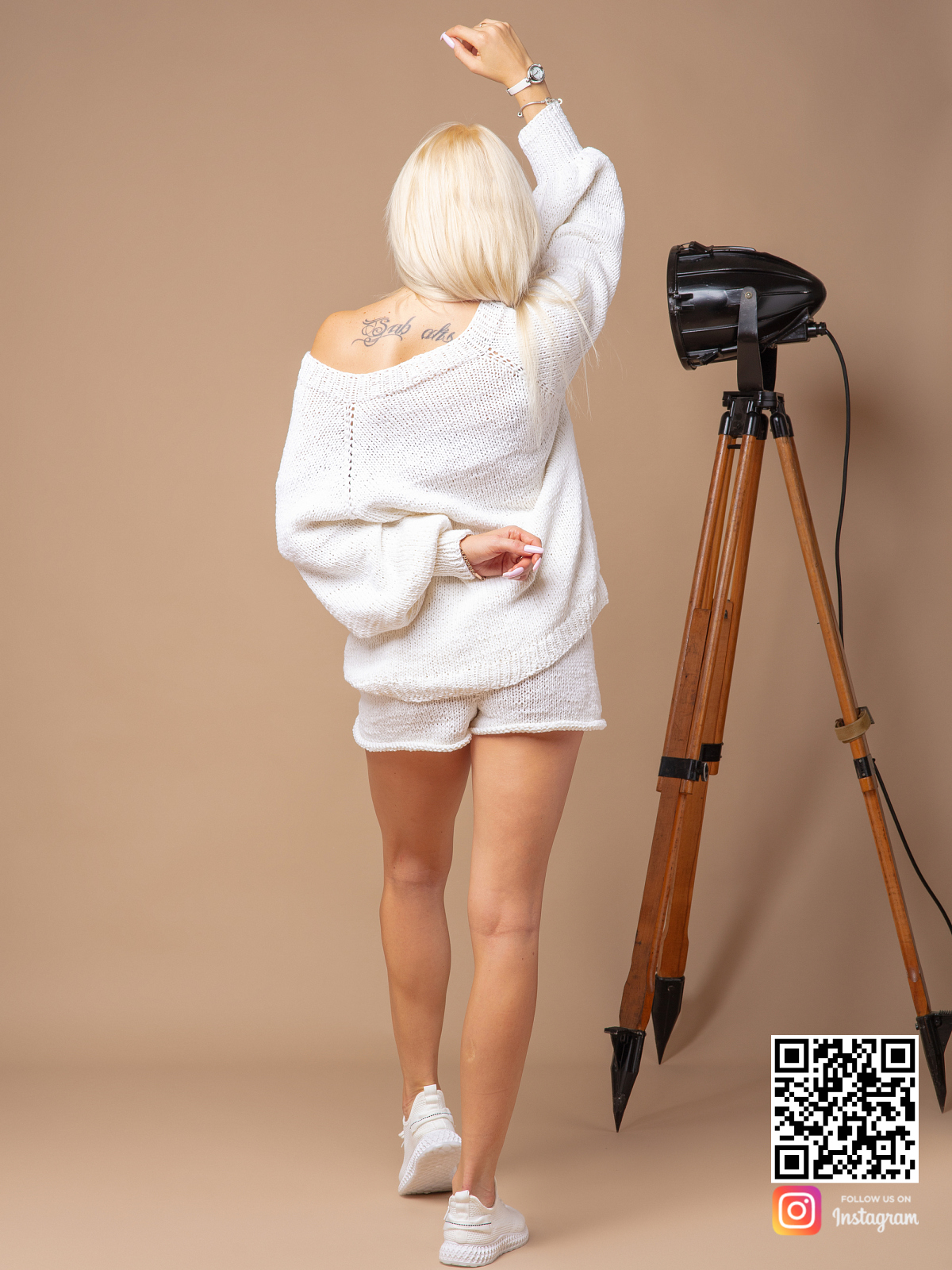 На третьей фотографии женский белый костюм с шортами со спины от Shapar, бренда вязаной одежды ручной работы в интернет-магазине связанных спицами вещей.