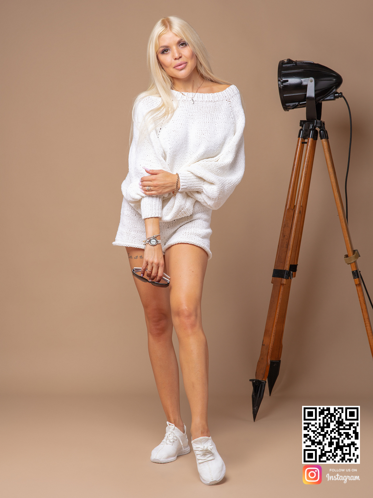 На второй фотографии летний белый костюм с шортами для девушек и женщин от Shapar, бренда вязаной одежды ручной работы в интернет-магазине связанных спицами вещей.