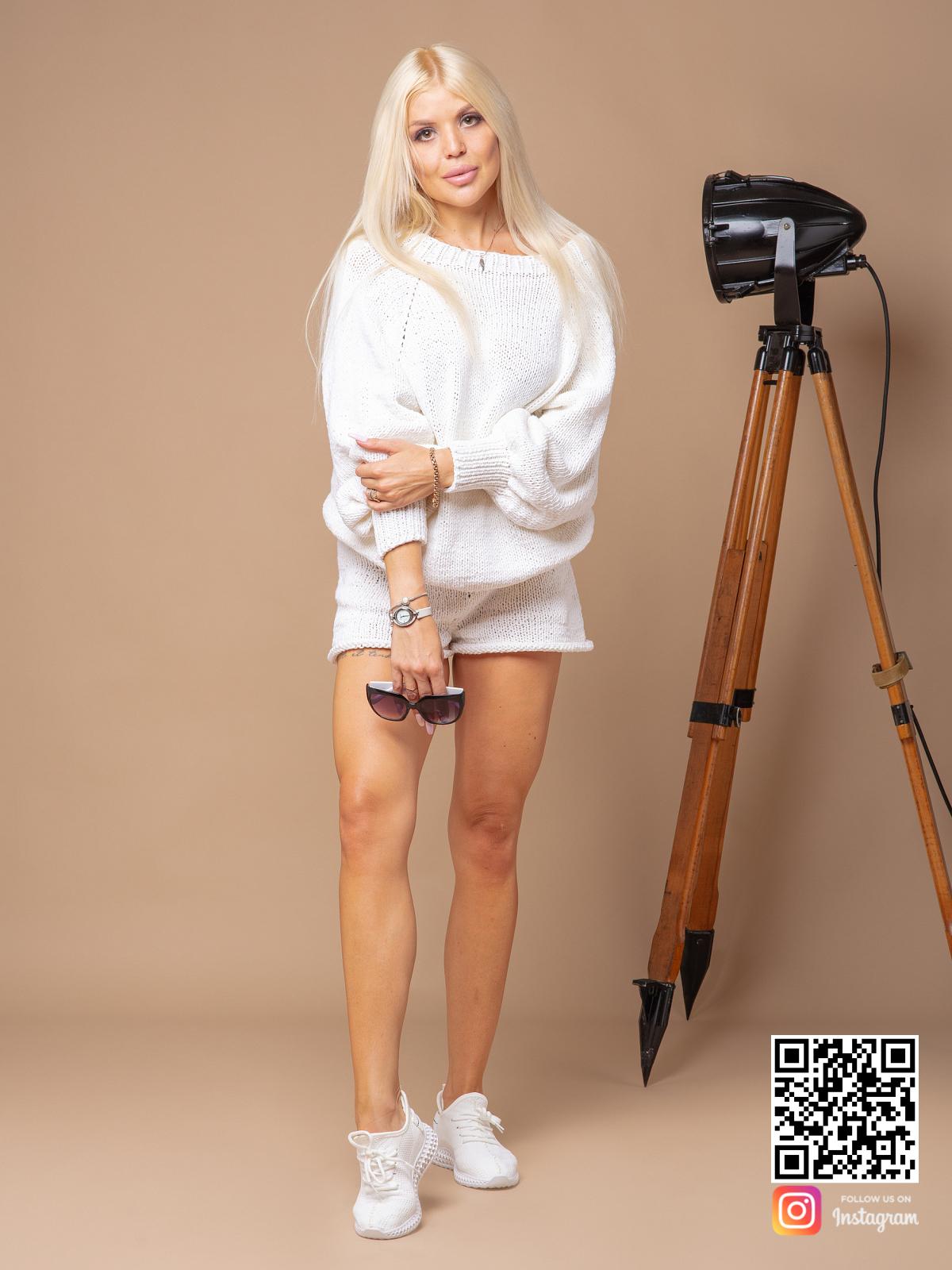 На пятой фотографии модный костюм с шортами белого цвета от Shapar, бренда вязаной одежды ручной работы в интернет-магазине связанных спицами вещей.