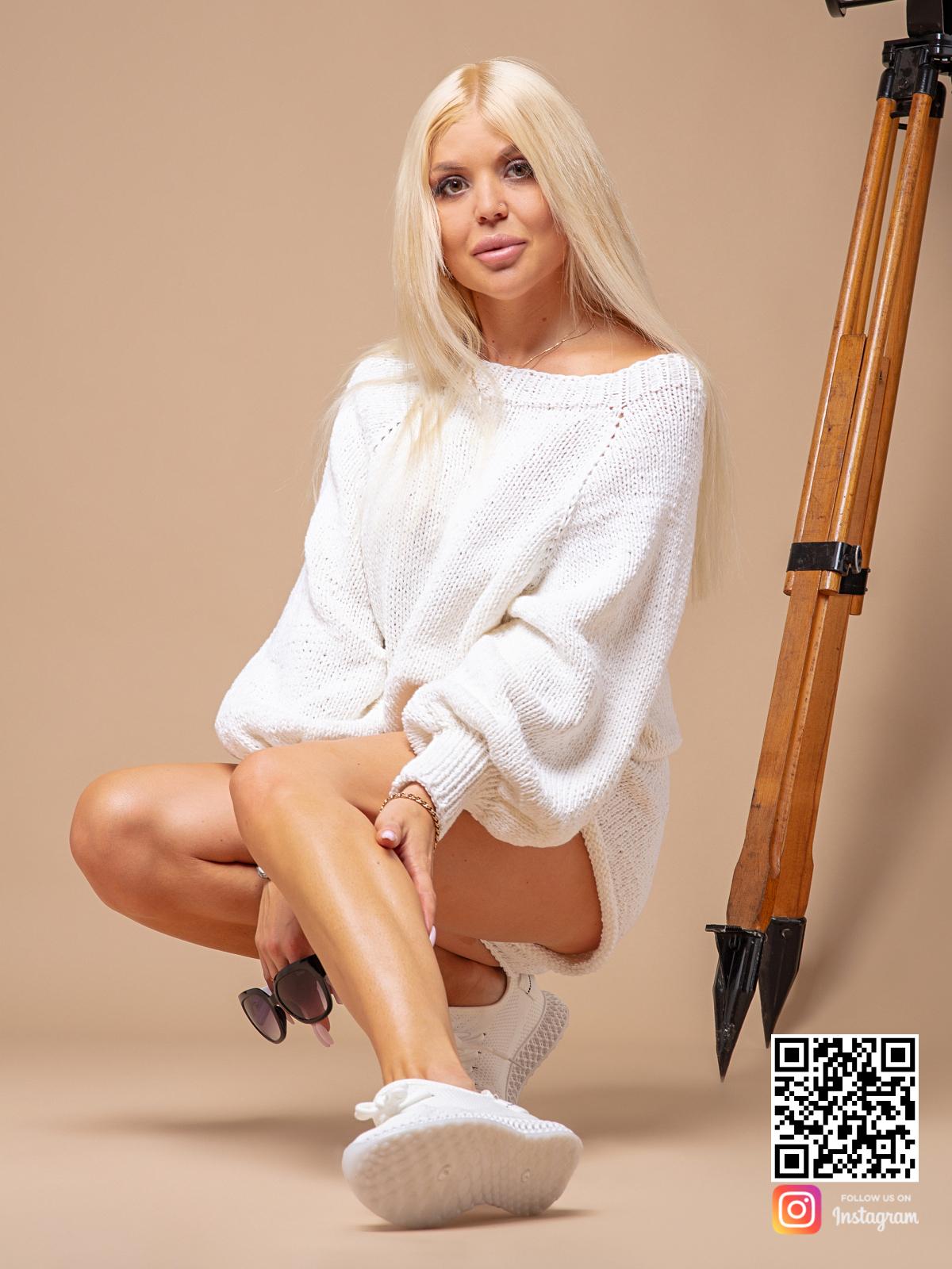 На фотографии женский белый костюм с шортами от Shapar, бренда вязаной одежды ручной работы в интернет-магазине связанных спицами вещей.
