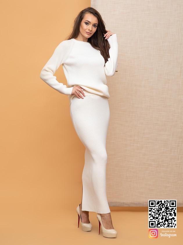 На фотографии женский белый костюм с юбкой от Shapar, бренда вязаной одежды ручной работы в интернет-магазине связанных спицами вещей.