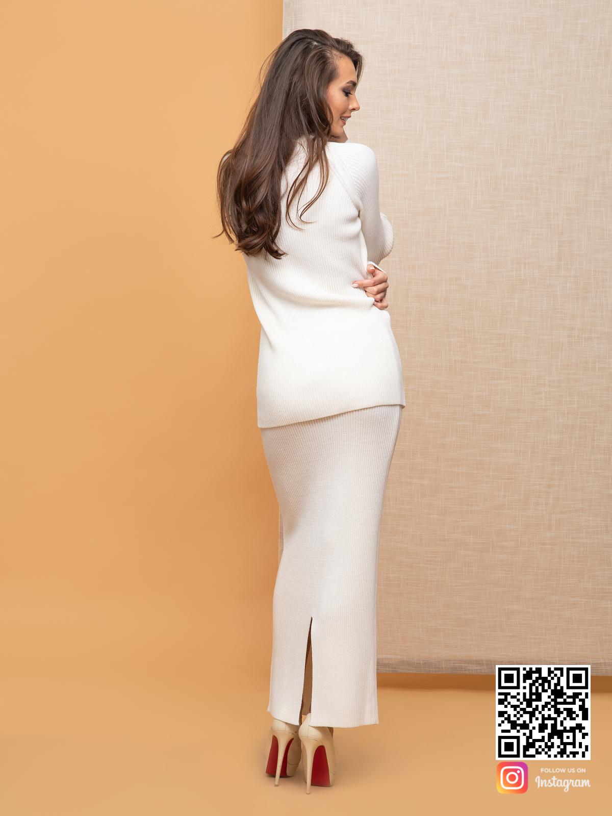 На шестой фотографии женский белый костюм с юбкой для офиса от Shapar, бренда вязаной одежды ручной работы в интернет-магазине связанных спицами вещей.