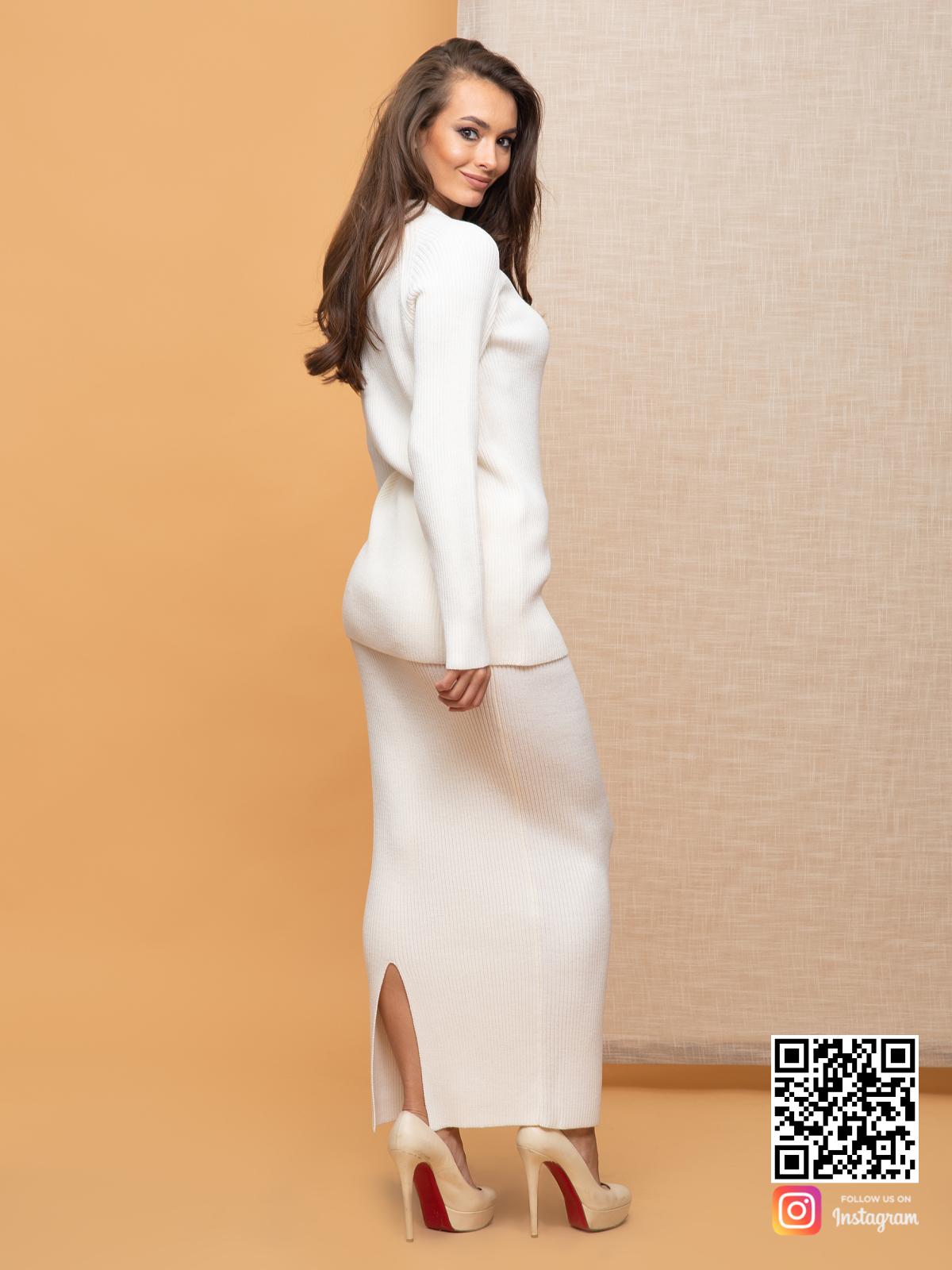 На второй фотографии женский белый костюм с юбкой со спины от Shapar, бренда вязаной одежды ручной работы в интернет-магазине связанных спицами вещей.