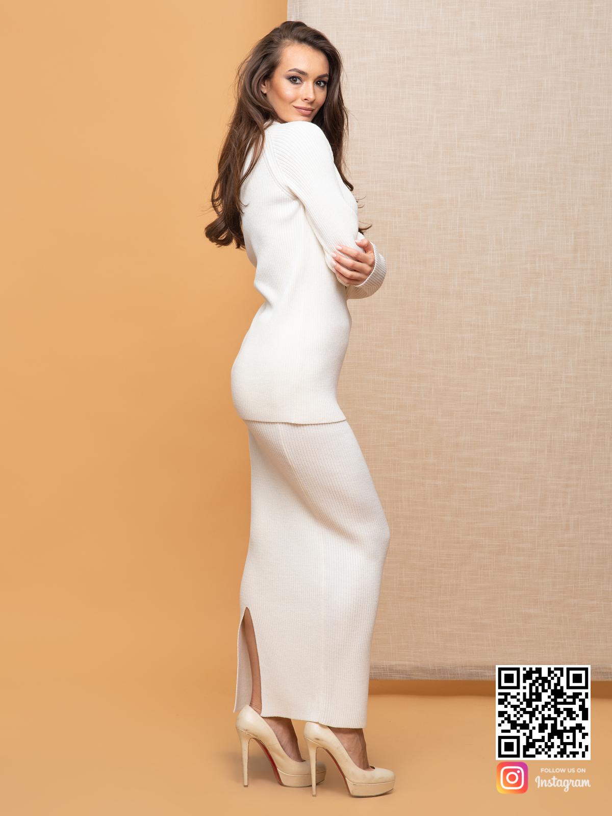 На третьей фотографии женский белый костюм с длинной юбкой от Shapar, бренда вязаной одежды ручной работы в интернет-магазине связанных спицами вещей.