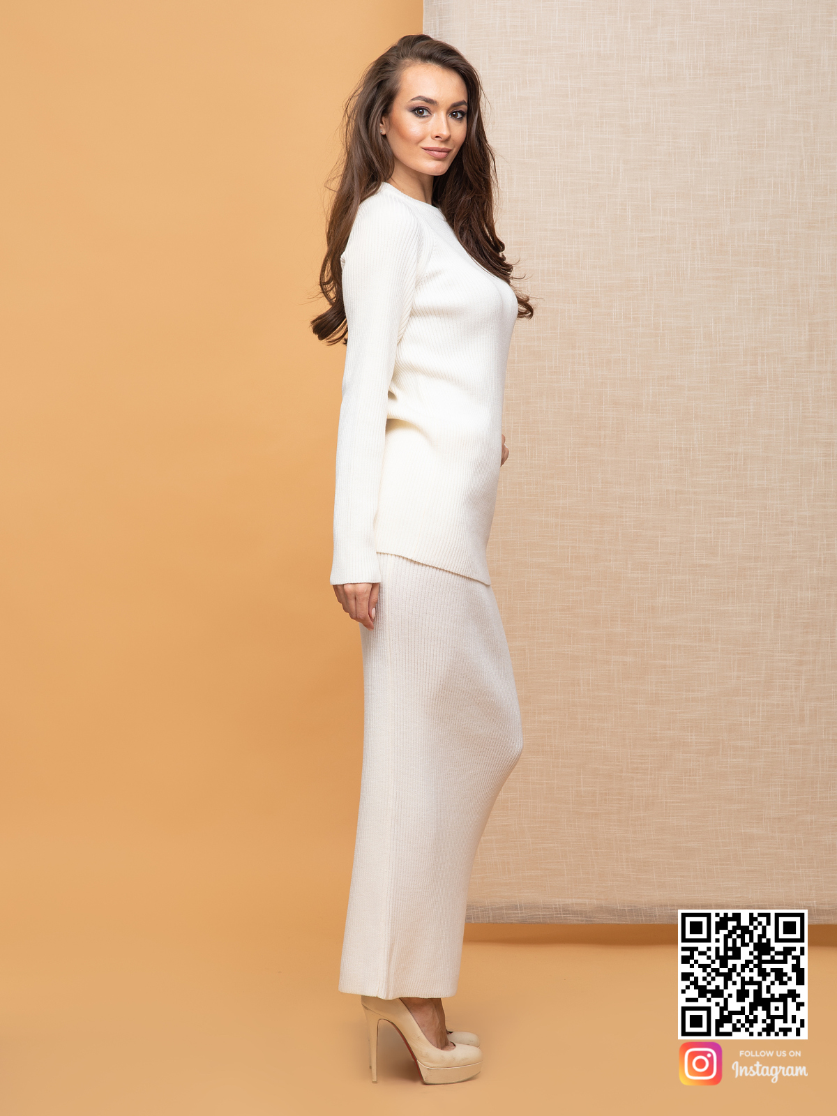 На пятой фотографии деловой белый костюм с юбкой для бизнес-леди от Shapar, бренда вязаной одежды ручной работы в интернет-магазине связанных спицами вещей.