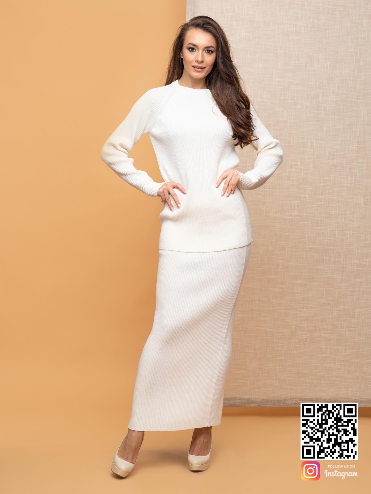 На четвертой фотографии элегантный белый костюм с юбкой для девушек от Shapar, бренда вязаной одежды ручной работы в интернет-магазине связанных спицами вещей.