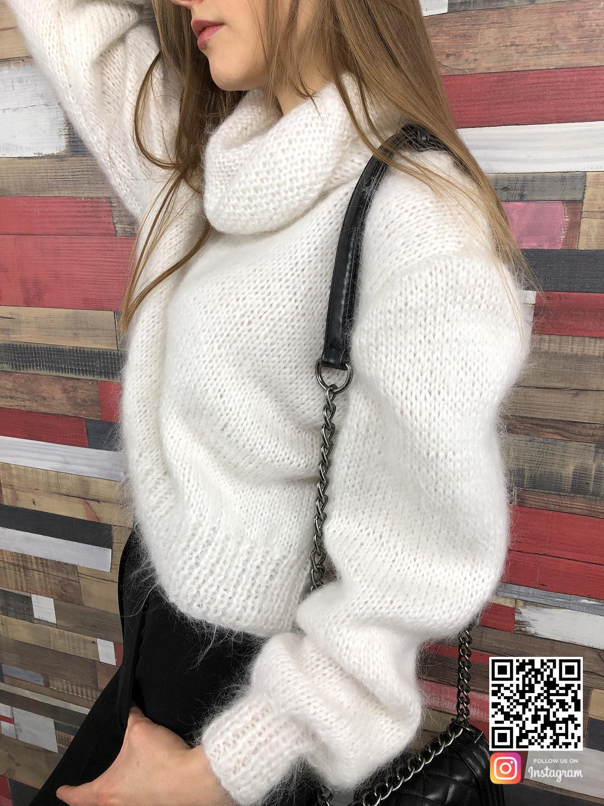 На шестой фотографии женский белый свитер с объемным горлом от Shapar, бренда вязаной одежды ручной работы в интернет-магазине связанных спицами вещей.