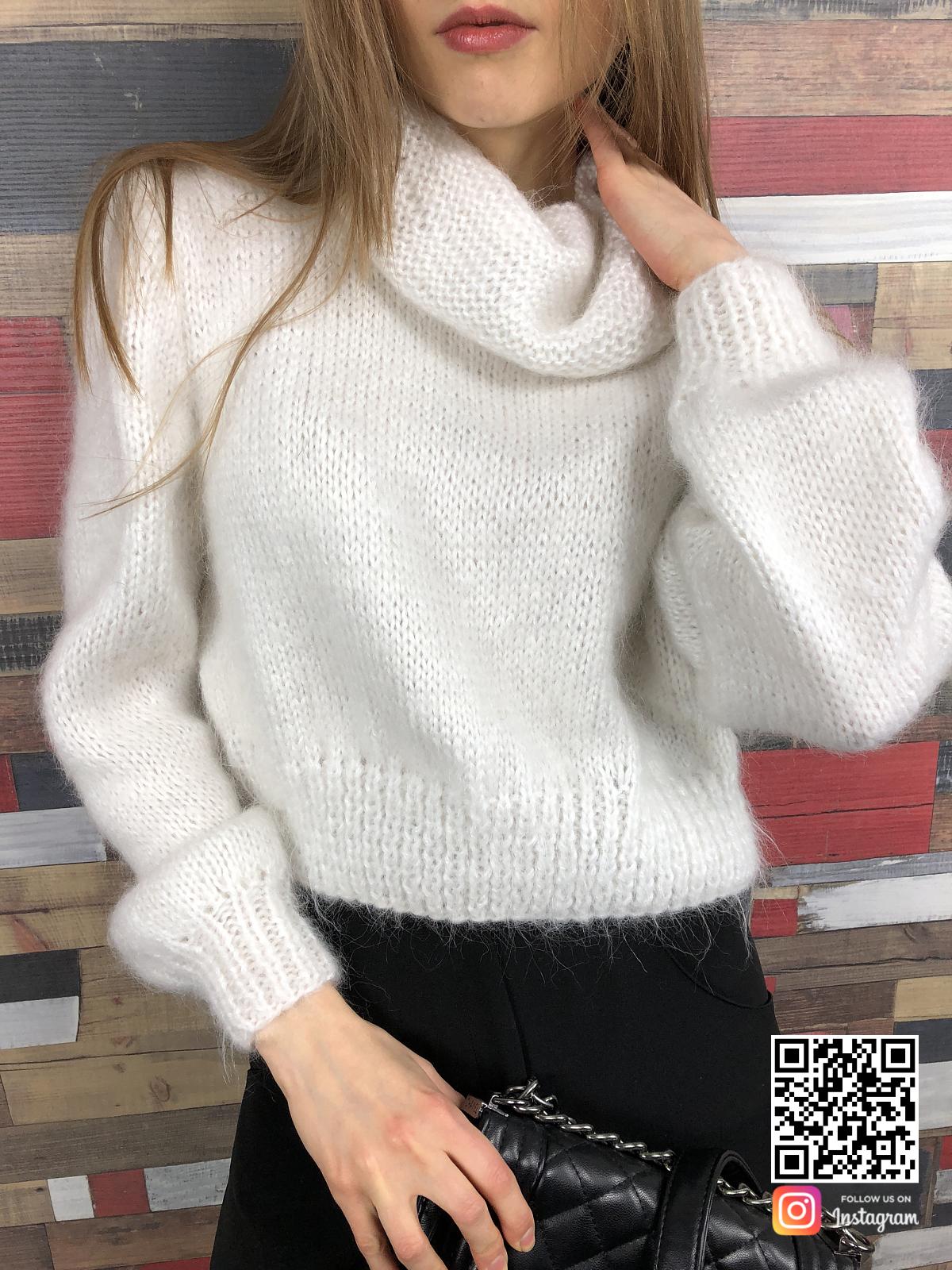 На пятой фотографии модный белый свитер с горлом для женщин от Shapar, бренда вязаной одежды ручной работы в интернет-магазине связанных спицами вещей.
