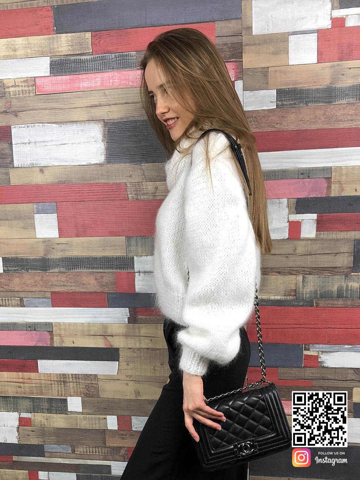 На третьей фотографии женский белый свитер с горлом от Shapar, бренда вязаной одежды ручной работы в интернет-магазине связанных спицами вещей.