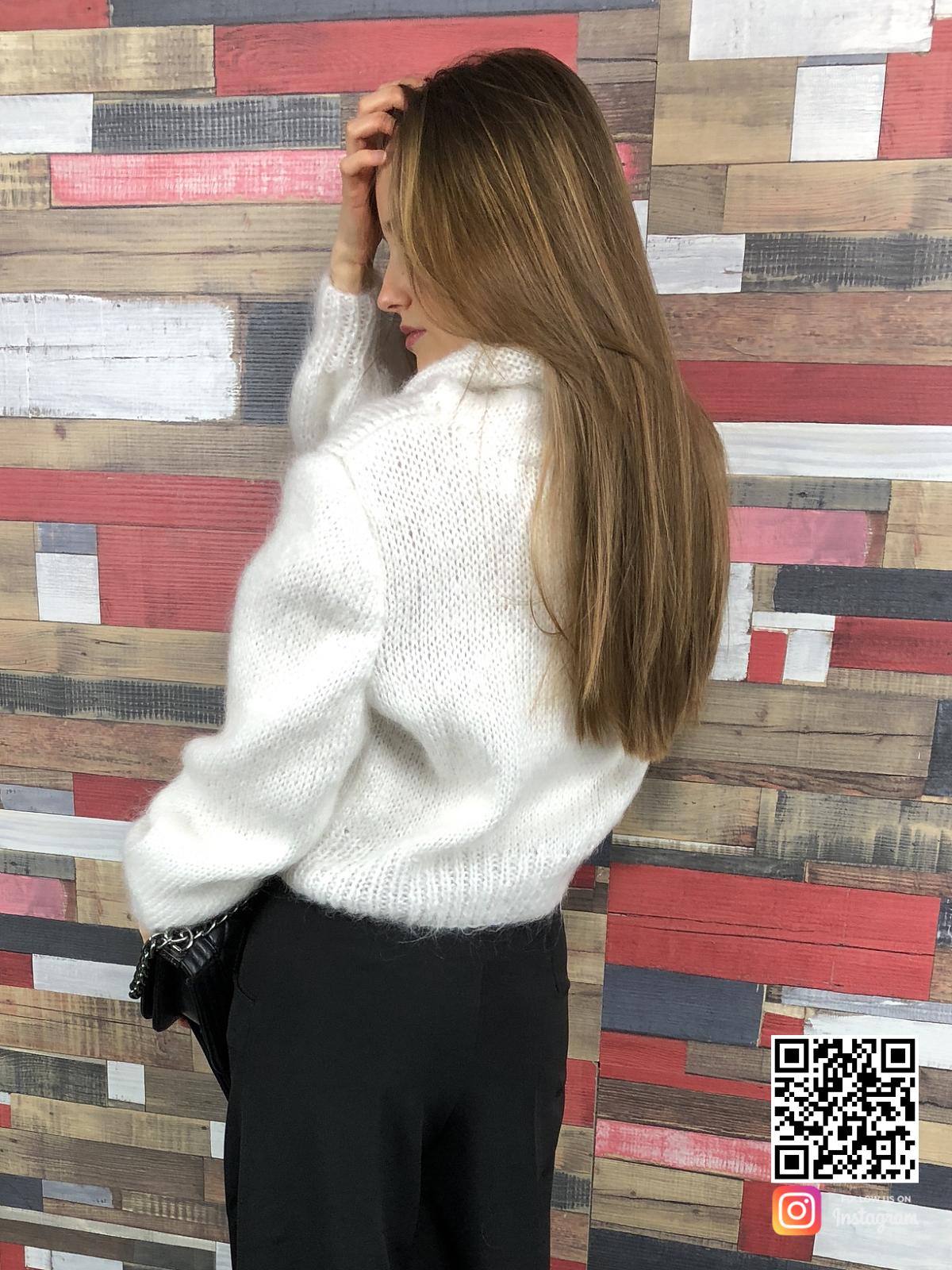 На второй фотографии женский белый свитер с горлом из ангоры со спины от Shapar, бренда вязаной одежды ручной работы в интернет-магазине связанных спицами вещей.