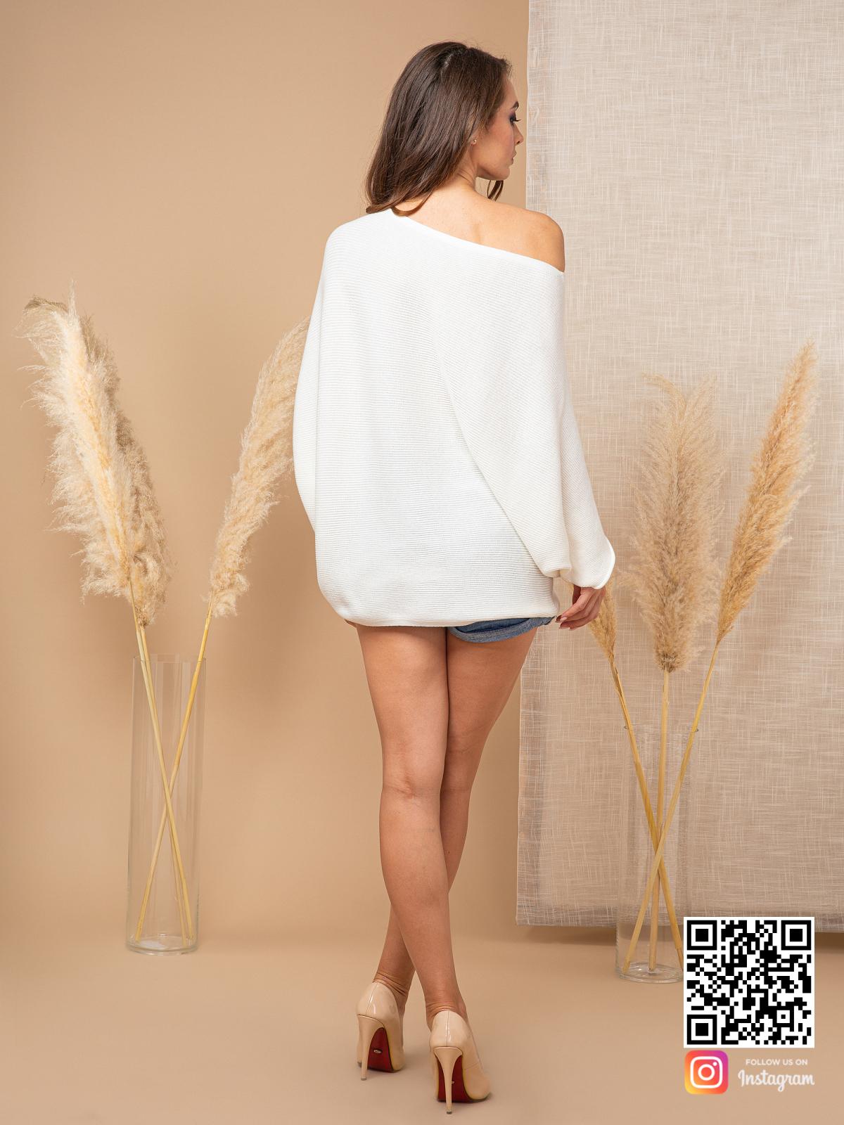 На седьмой фотографии летний свитер женский белого цвета от Shapar, бренда вязаной одежды ручной работы в интернет-магазине связанных спицами вещей.
