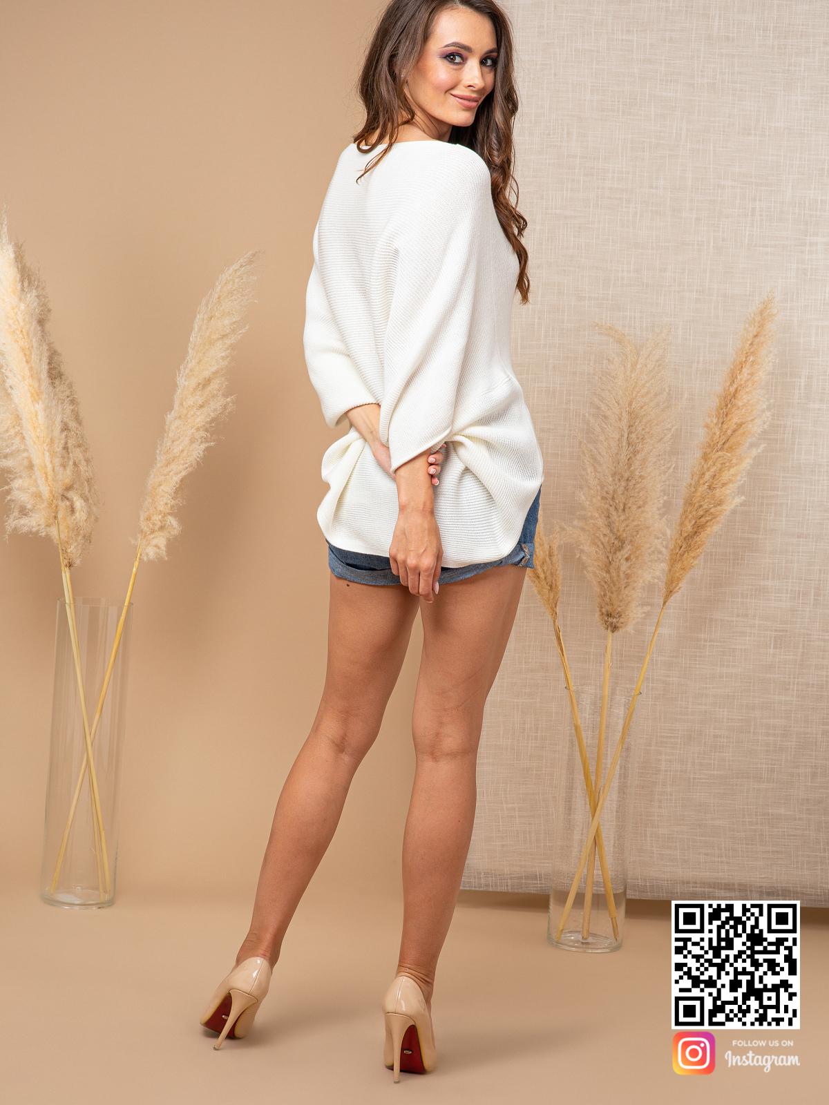 На восьмой фотографии тонкий белый свитер женский от Shapar, бренда вязаной одежды ручной работы в интернет-магазине связанных спицами вещей.