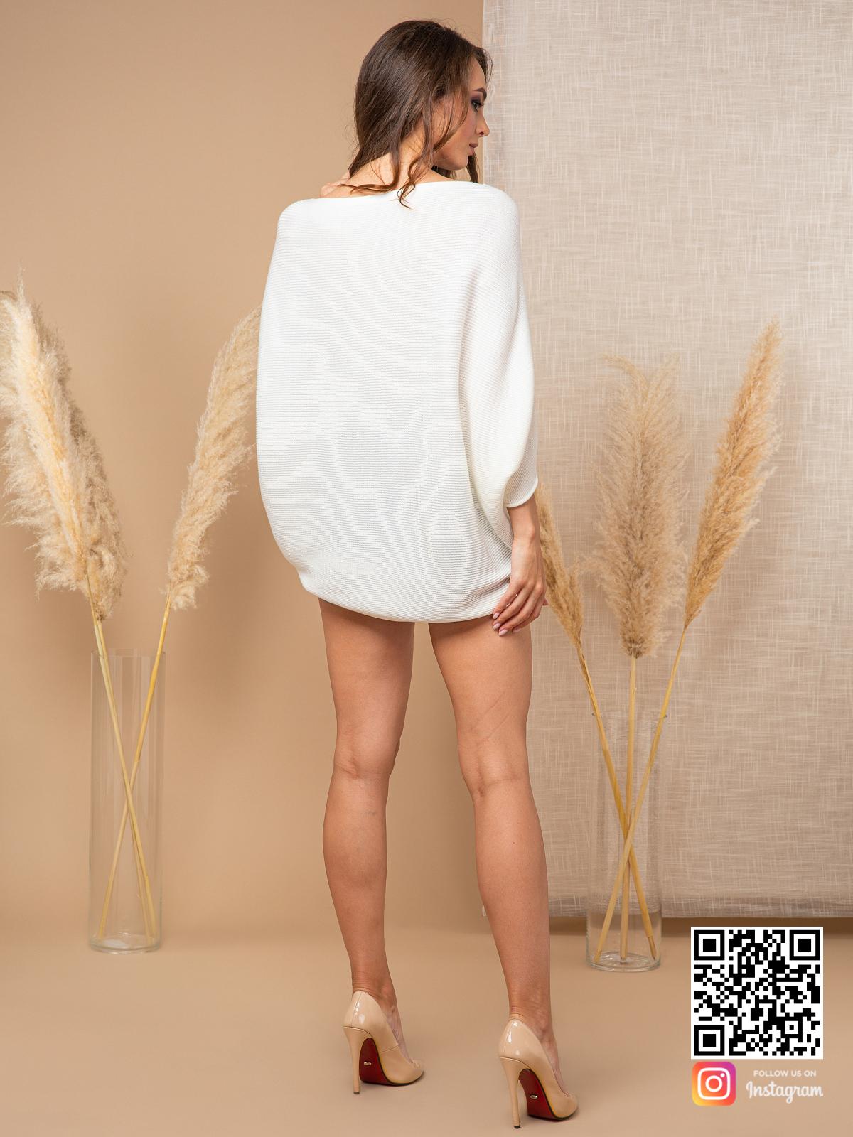 На второй фотографии белый свитер женский со спины от Shapar, бренда вязаной одежды ручной работы в интернет-магазине связанных спицами вещей.