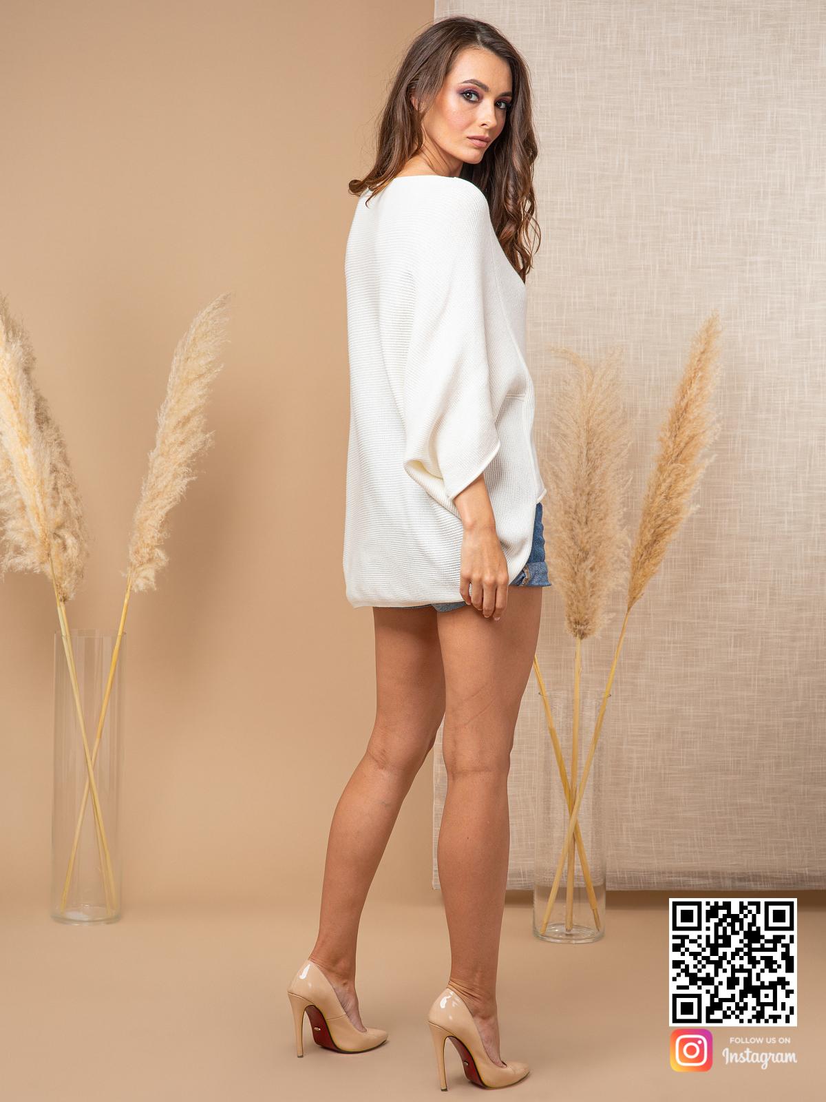 На шестой фотографии белый свитер женский на лето от Shapar, бренда вязаной одежды ручной работы в интернет-магазине связанных спицами вещей.