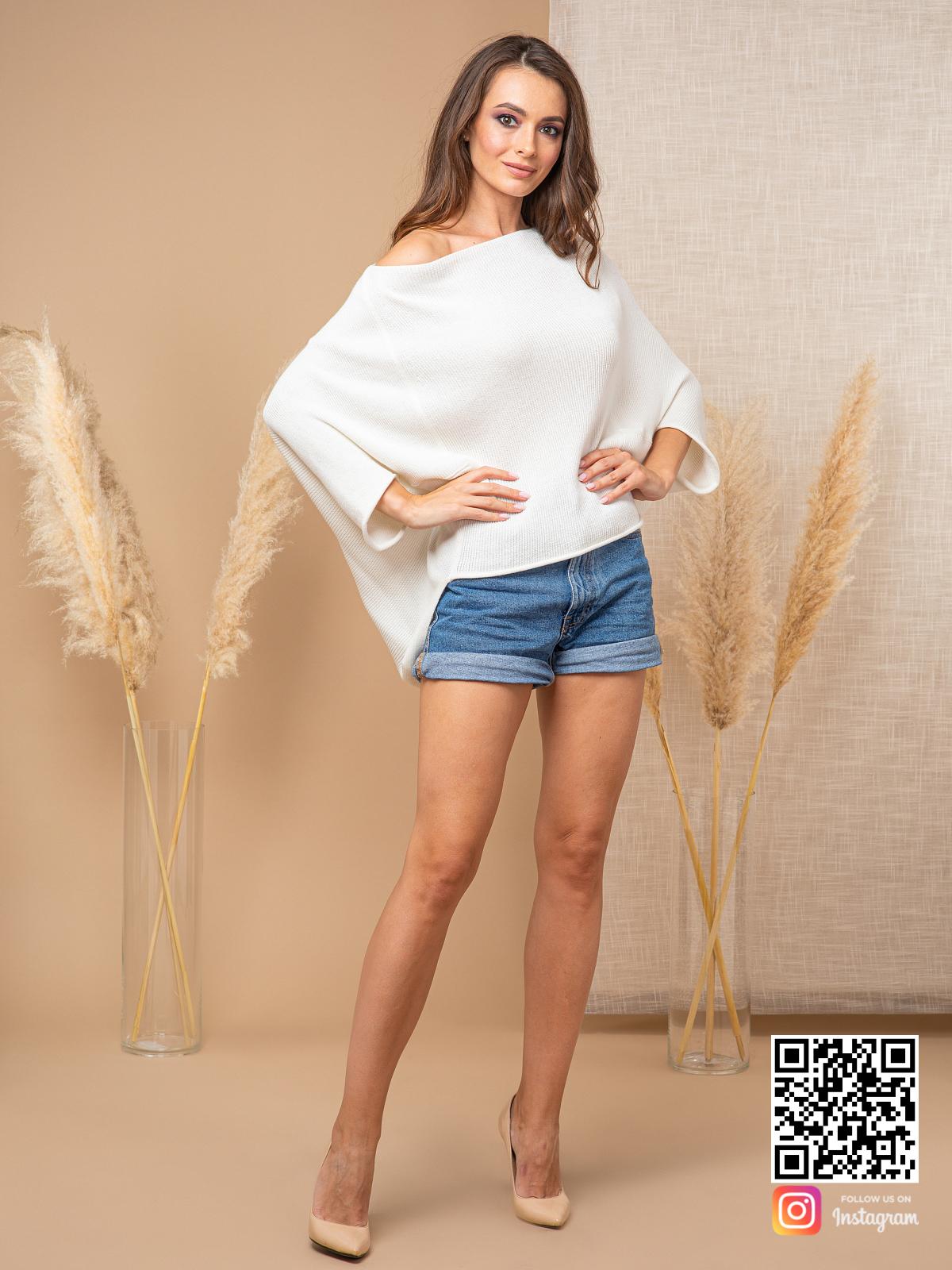На третьей фотографии белый свитер женский на одно плечо от Shapar, бренда вязаной одежды ручной работы в интернет-магазине связанных спицами вещей.