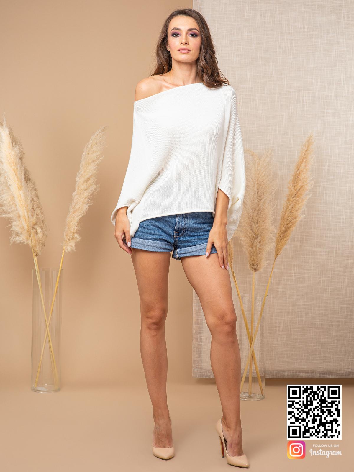 На четвертой фотографии белый свитер женский со спущенным плечом от Shapar, бренда вязаной одежды ручной работы в интернет-магазине связанных спицами вещей.