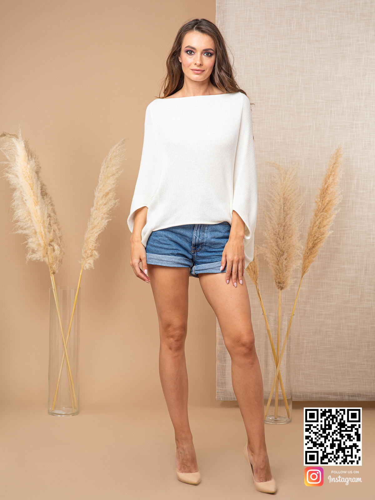 На фотографии белый свитер женский от Shapar, бренда вязаной одежды ручной работы в интернет-магазине связанных спицами вещей.