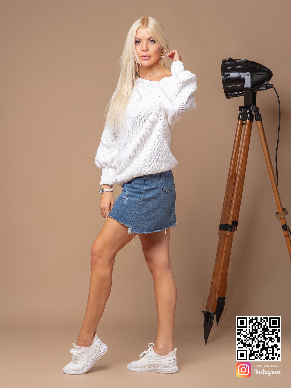 На четвертой фотографии белый вязаный свитер женский из хлопка от Shapar, бренда одежды ручной работы в интернет-магазине связанных спицами вещей.