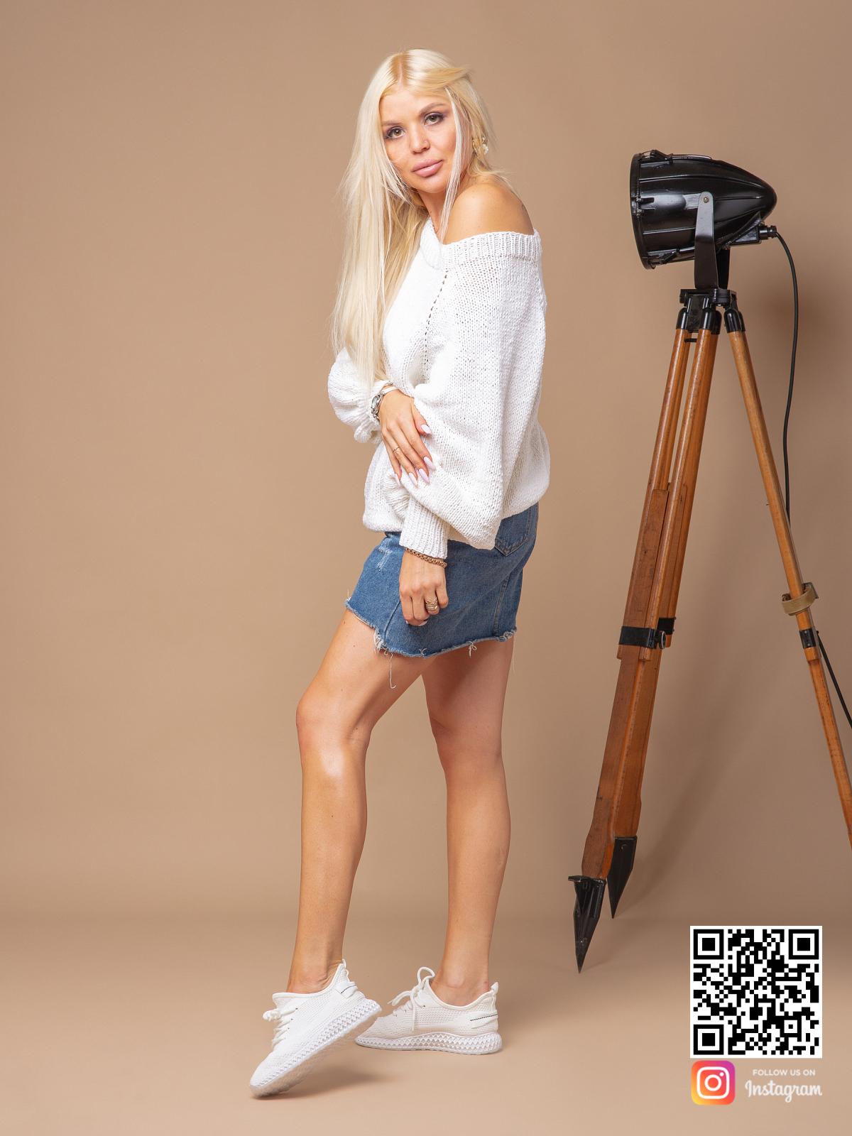 На третьей фотографии белый вязаный свитер женский на одно плечо от Shapar, бренда одежды ручной работы в интернет-магазине связанных спицами вещей.