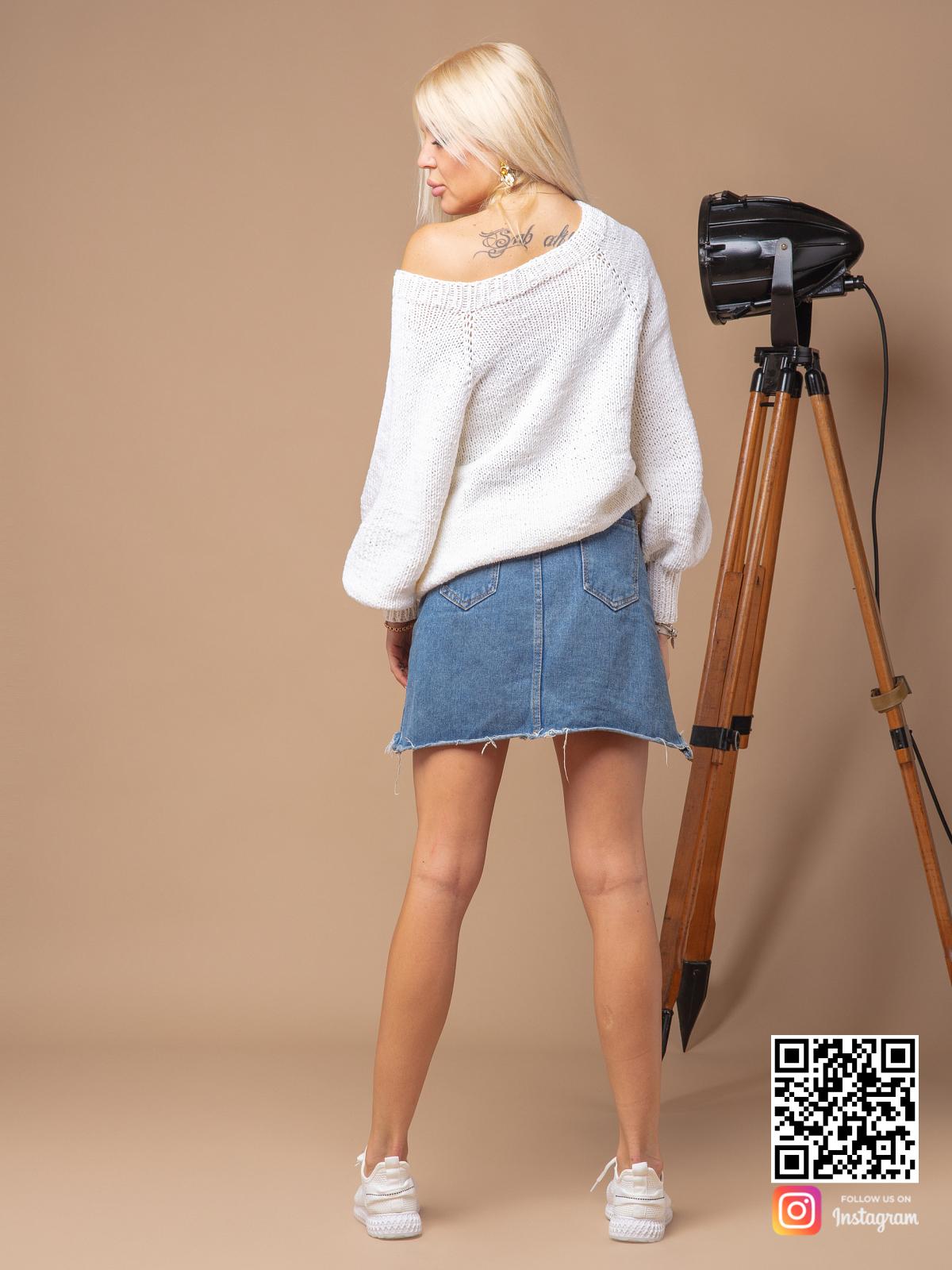 На второй фотографии белый вязаный свитер женский со спины от Shapar, бренда одежды ручной работы в интернет-магазине связанных спицами вещей.