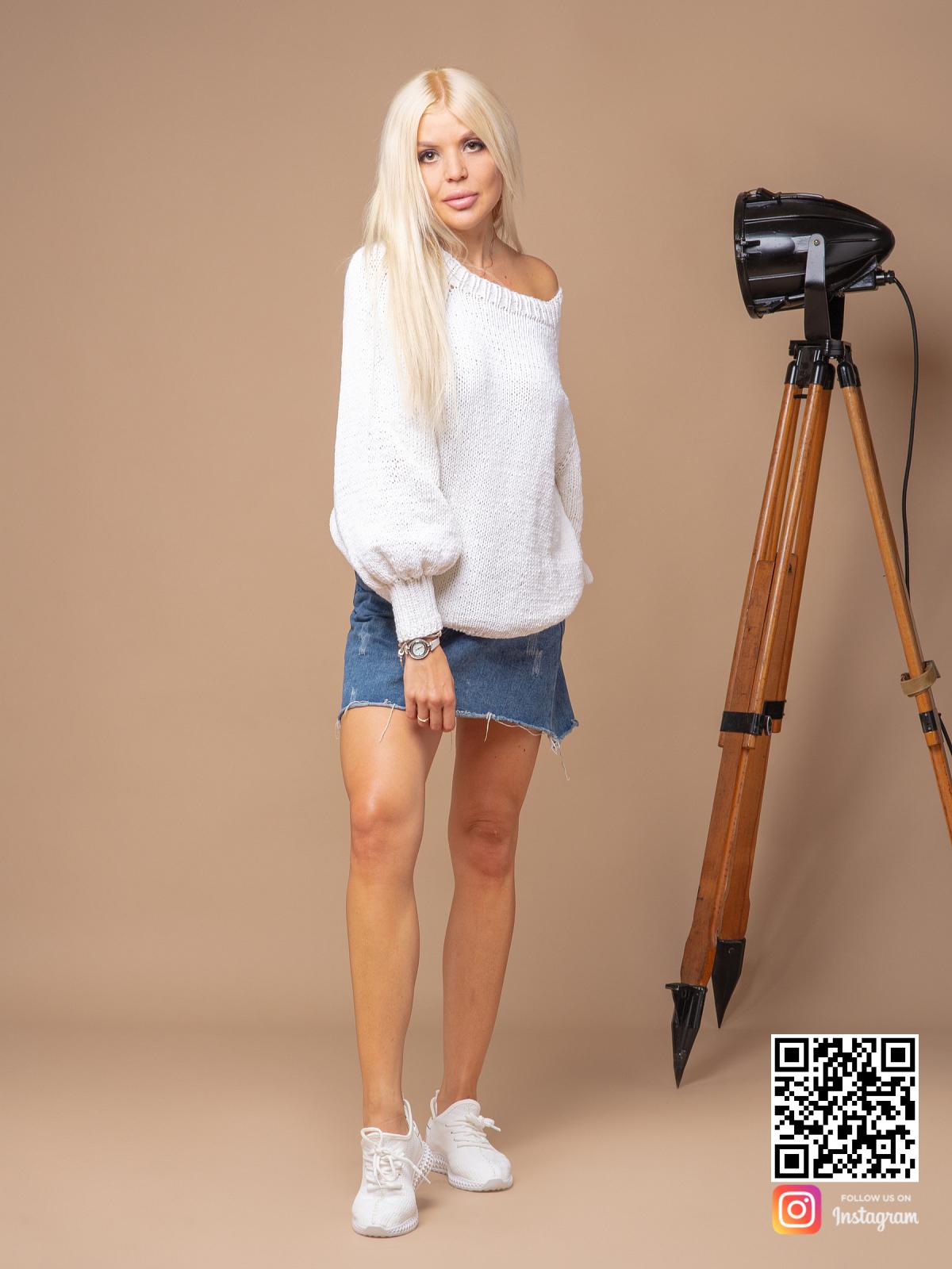 На фотографии белый вязаный свитер женский от Shapar, бренда одежды ручной работы в интернет-магазине связанных спицами вещей.