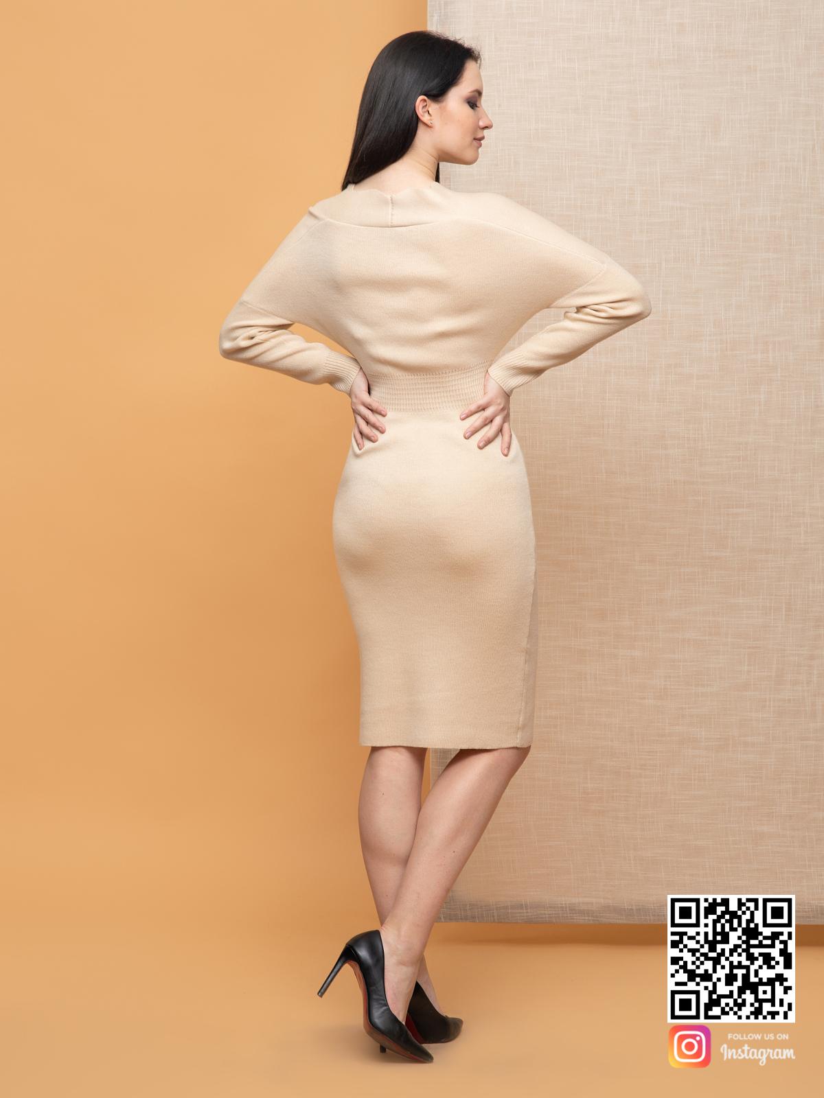 На третьей фотографии женское бежевое платье миди со спины от Shapar, бренда вязаной одежды ручной работы в интернет-магазине связанных спицами вещей.