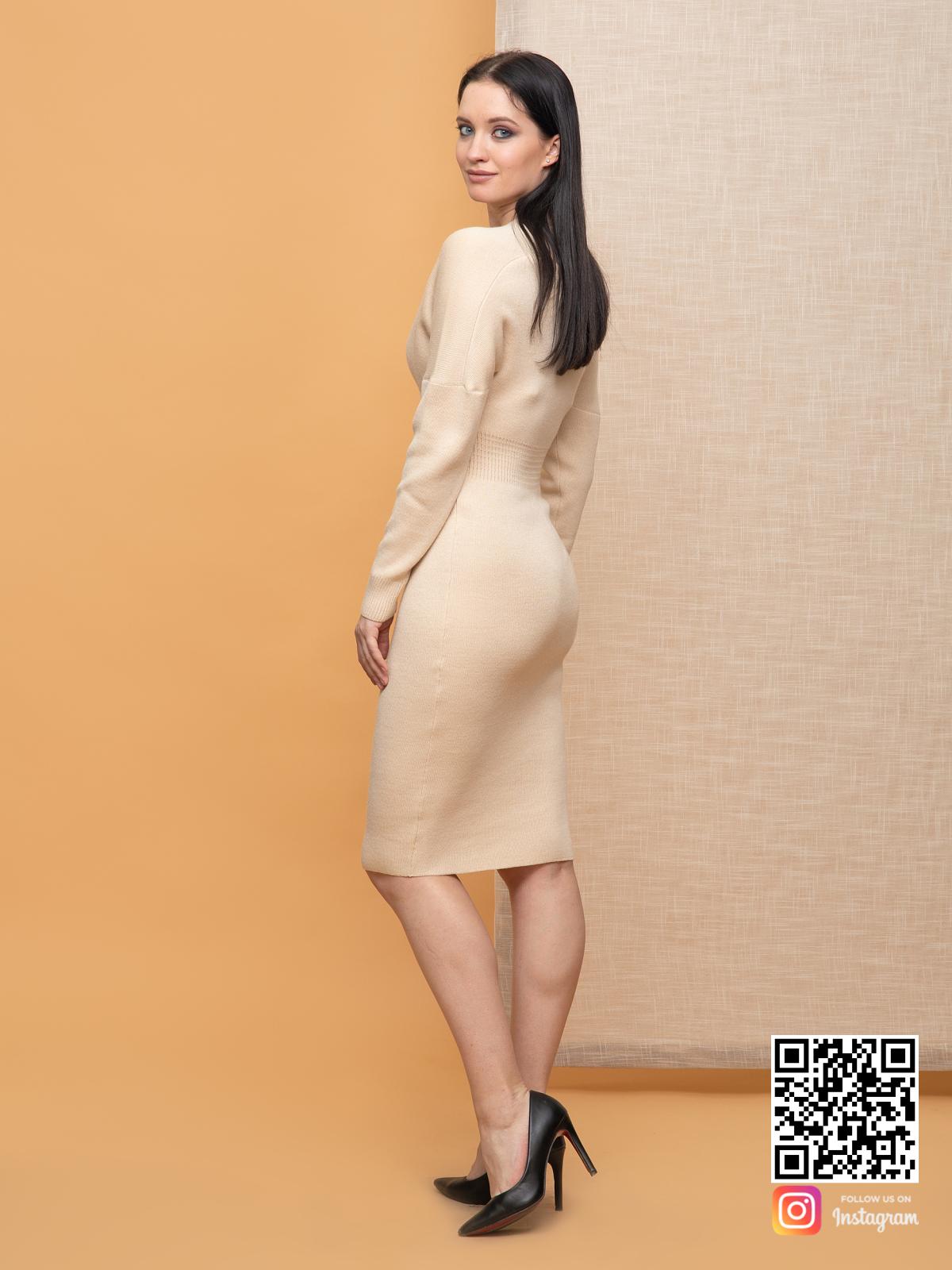 На второй фотографии женское бежевое платье миди для офиса от Shapar, бренда вязаной одежды ручной работы в интернет-магазине связанных спицами вещей.