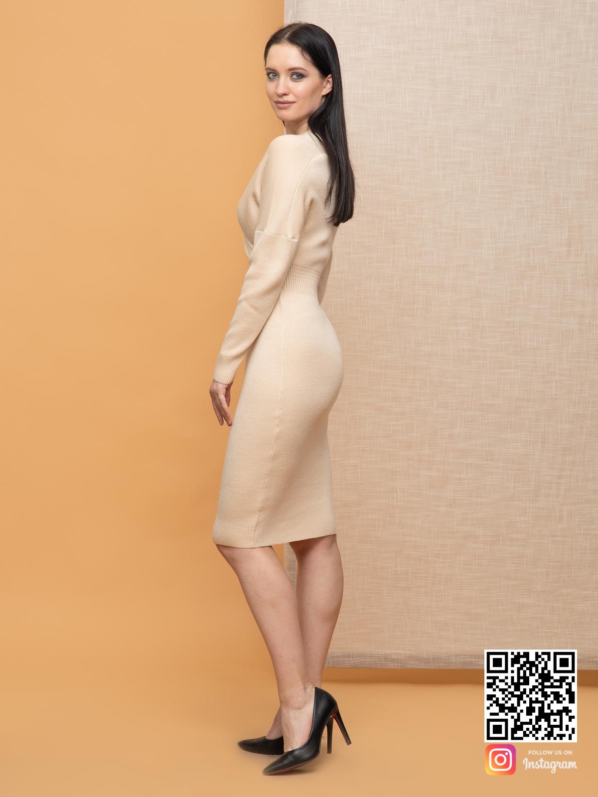 На четвертой фотографии деловое бежевое платье миди для девушек от Shapar, бренда вязаной одежды ручной работы в интернет-магазине связанных спицами вещей.