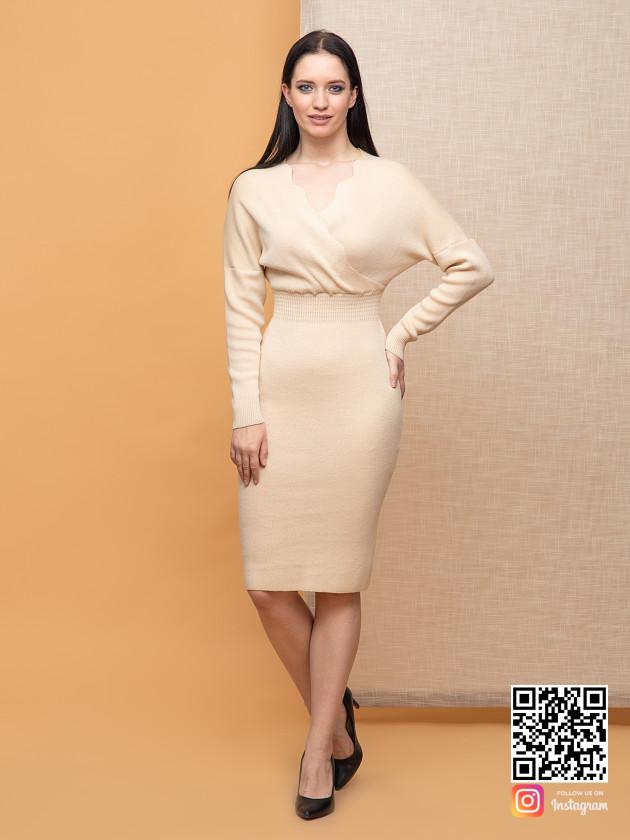 На фотографии женское бежевое платье миди от Shapar, бренда вязаной одежды ручной работы в интернет-магазине связанных спицами вещей.
