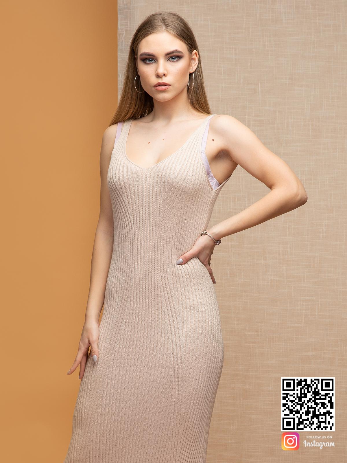 На шестой фотографии летнее бежевое платье на бретельках от Shapar, бренда вязаной одежды ручной работы в интернет-магазине связанных спицами вещей.