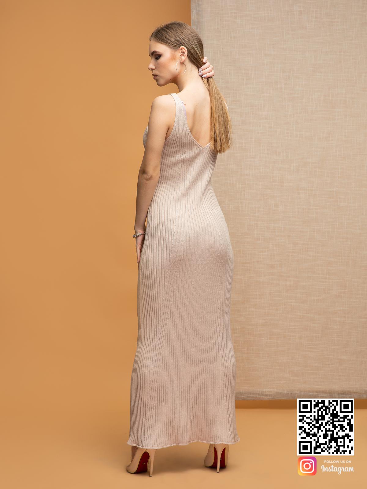 На второй фотографии бежевое платье на бретельках для лета со спины от Shapar, бренда вязаной одежды ручной работы в интернет-магазине связанных спицами вещей.
