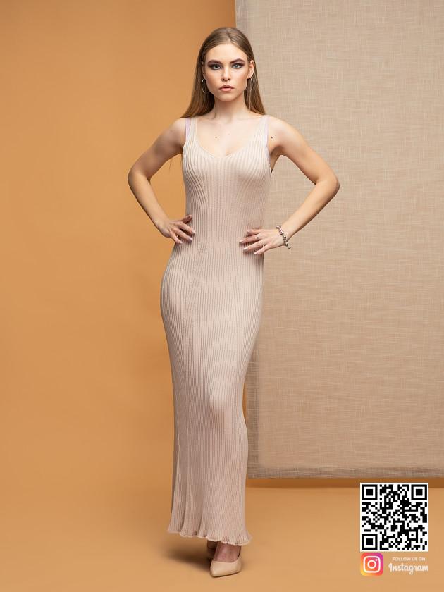 На фотографии бежевое платье на бретельках от Shapar, бренда вязаной одежды ручной работы в интернет-магазине связанных спицами вещей.