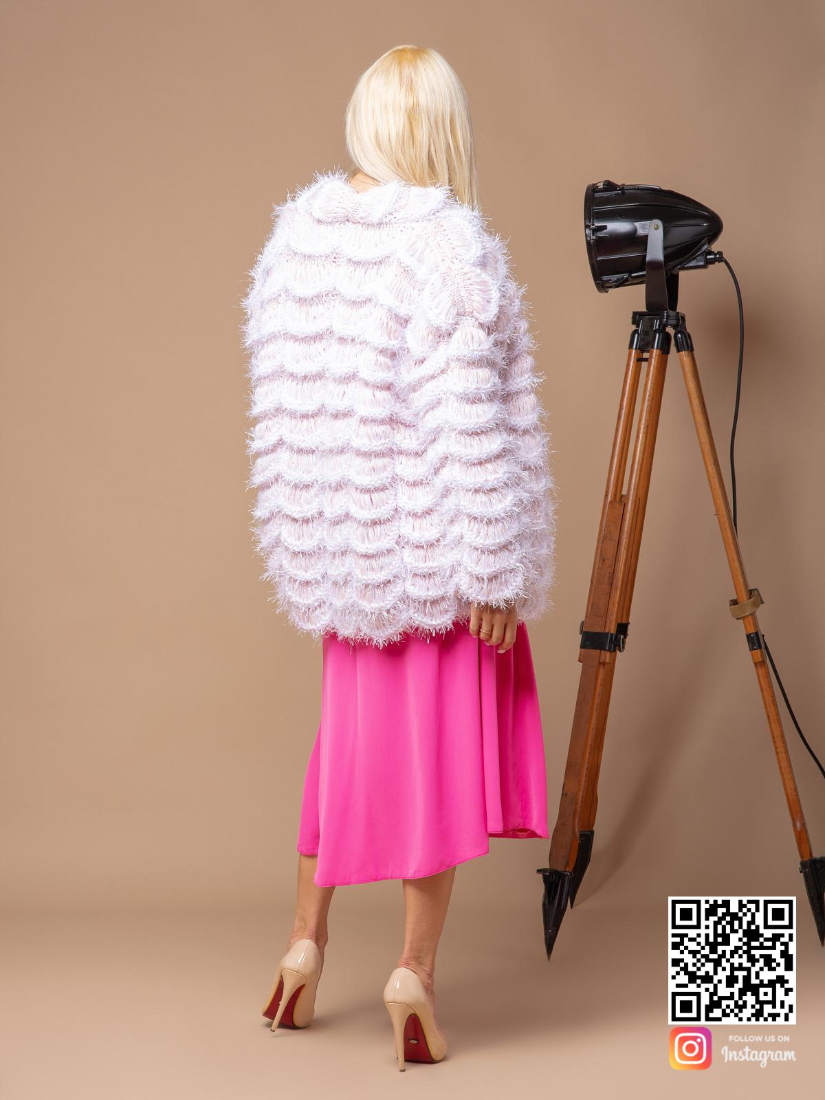 На второй фотографии женский бежевый бомбер со спины от Shapar, бренда вязаной одежды ручной работы в интернет-магазине связанных спицами вещей.